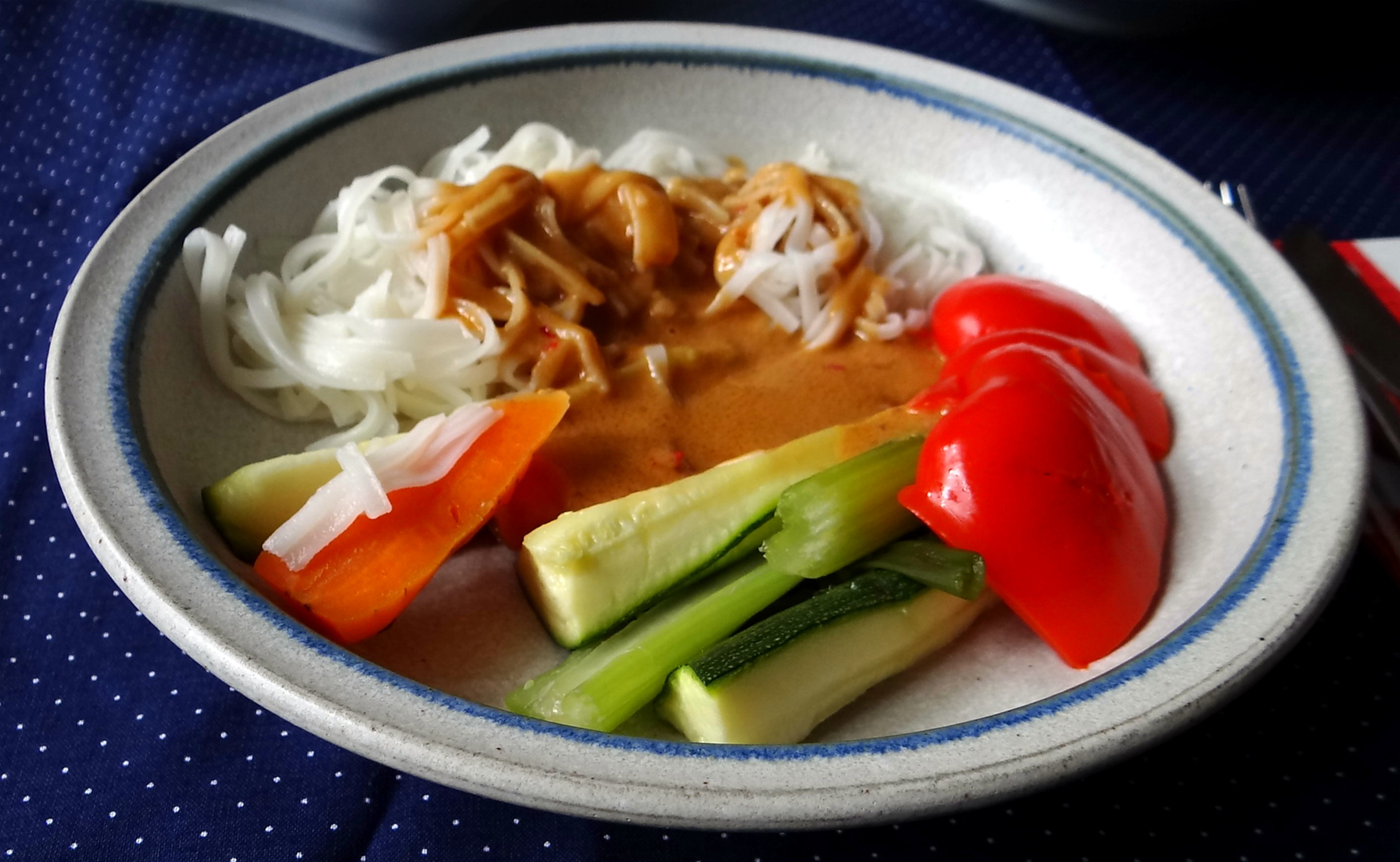 Gado Gado,Reisnudeln,gedämpftes Gemüse,Rührkuchen (24)