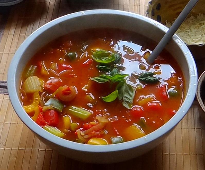 Minestra mit Bleichsellerie un Paprika,Obstsalat,vegetarisch (11)