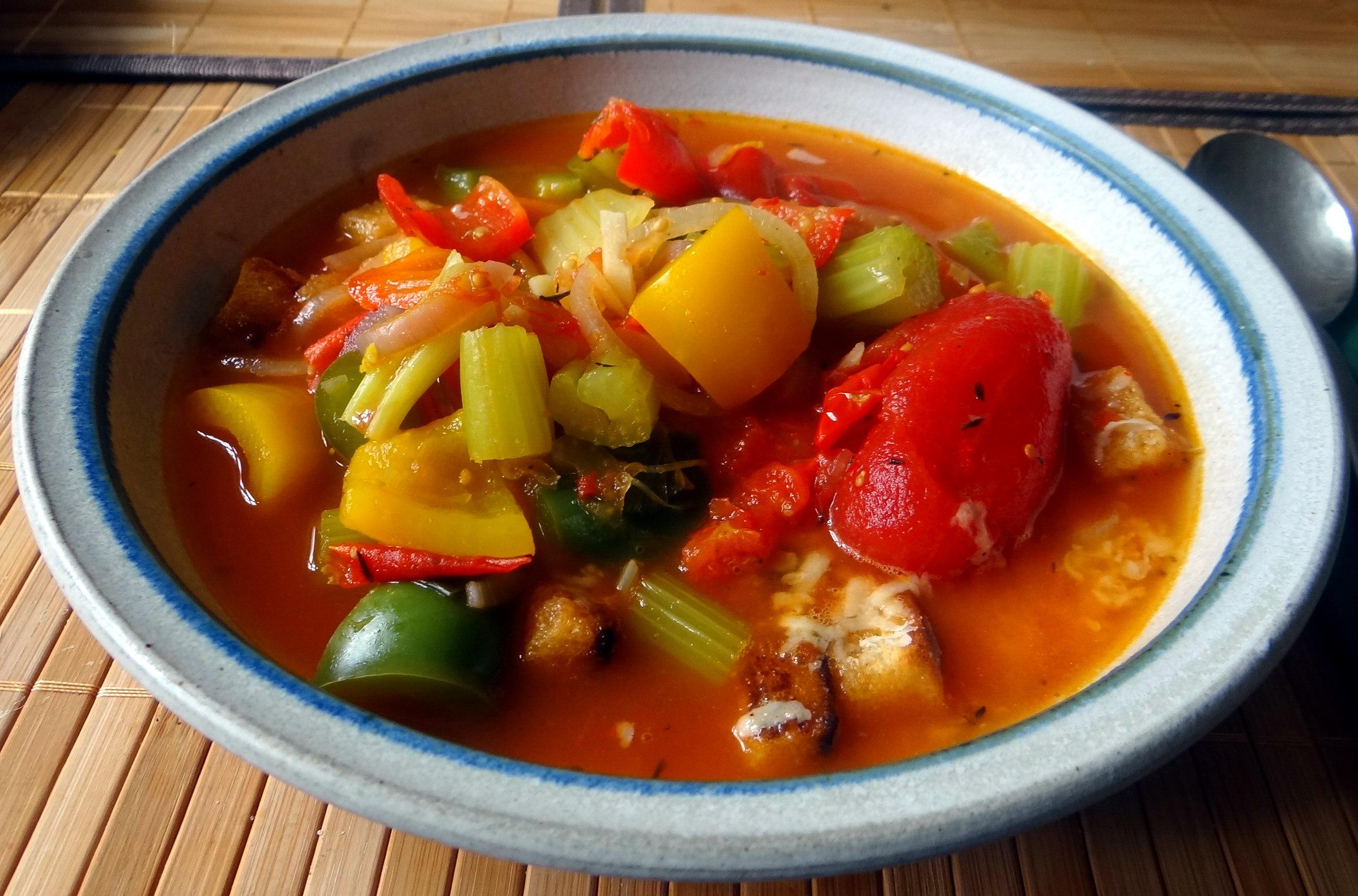 Minestra mit Bleichsellerie un Paprika,Obstsalat,vegetarisch (18)