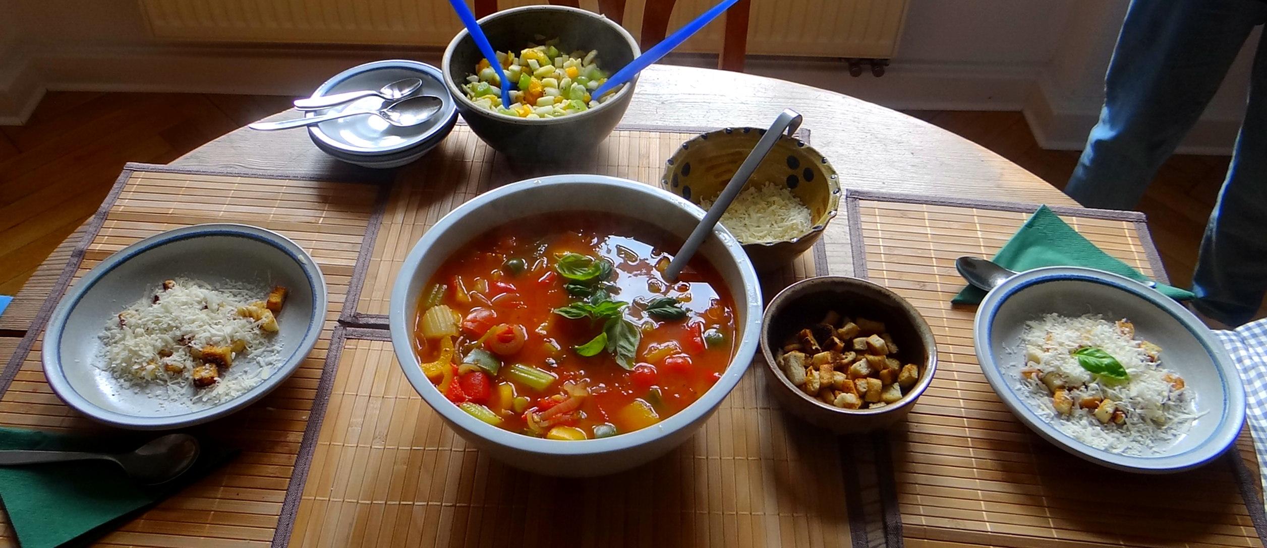 Minestra mit Bleichsellerie un Paprika,Obstsalat,vegetarisch (3)