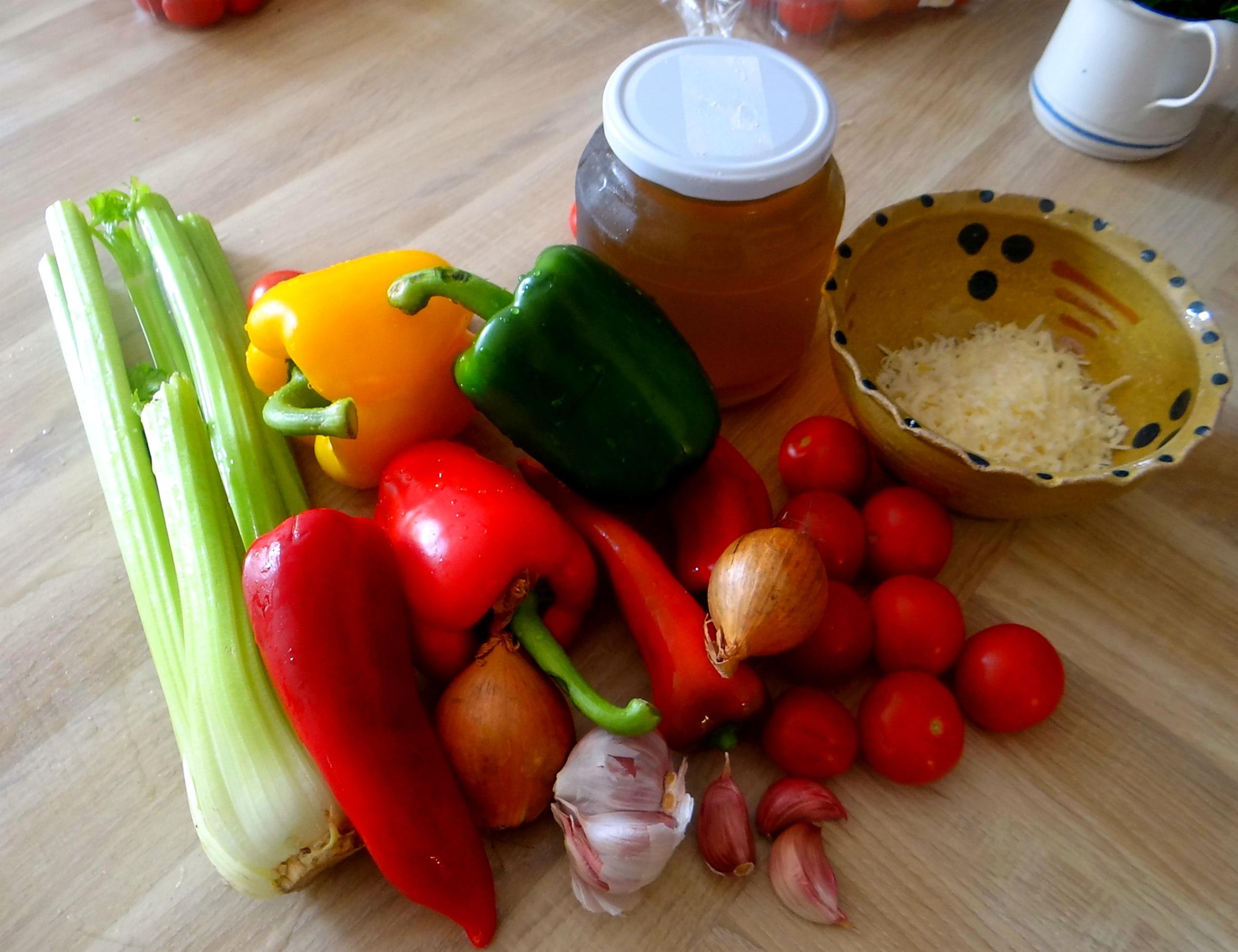 Minestra mit Bleichsellerie un Paprika,Obstsalat,vegetarisch (5)