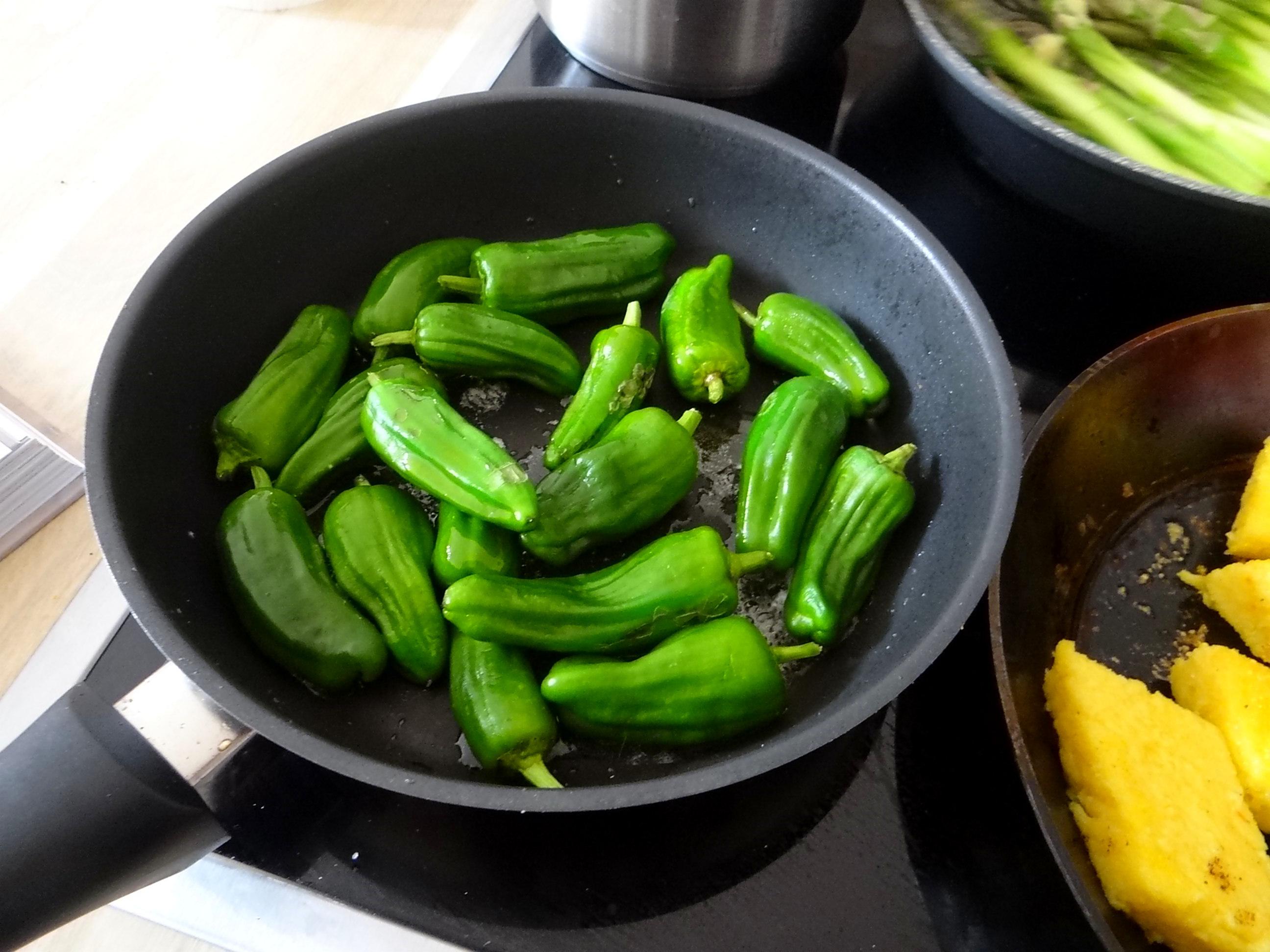 pochiertes Ei,Pimientos,grüner Spargel,Polenta,Kochschinken,Obstsalat,vegetarich (8)