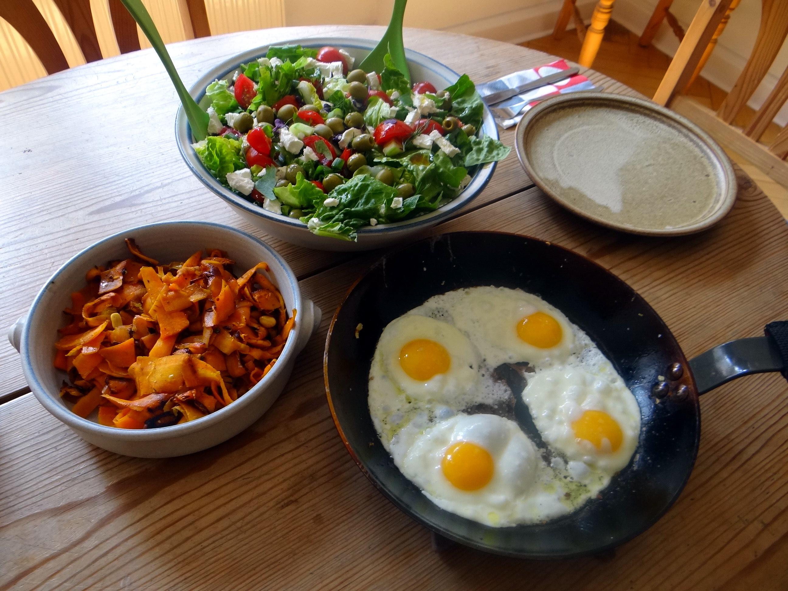 Salat,Karotten,Bratkartoffeln,Spiegelei (20)