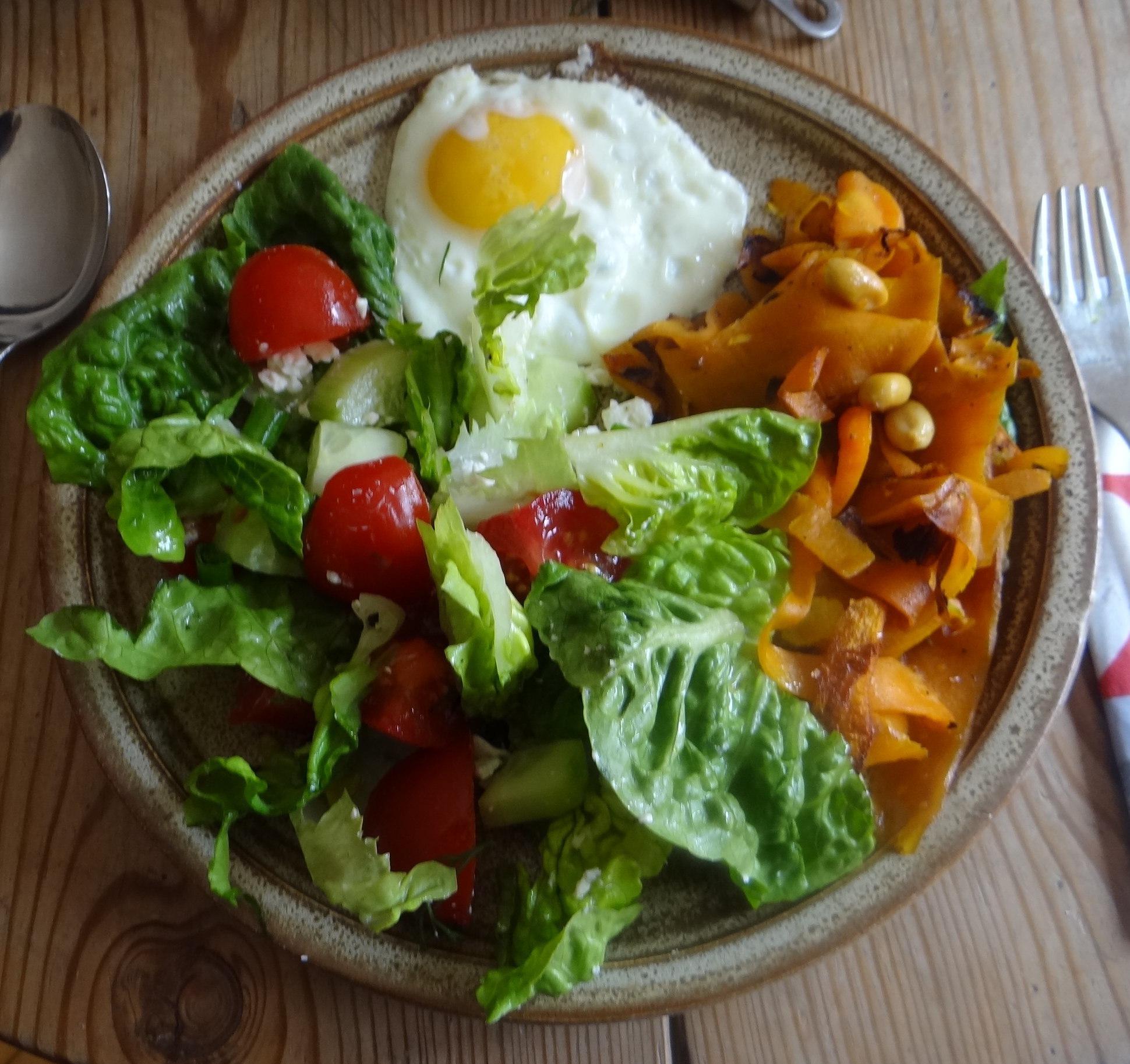 Salat,Karotten,Bratkartoffeln,Spiegelei (3)