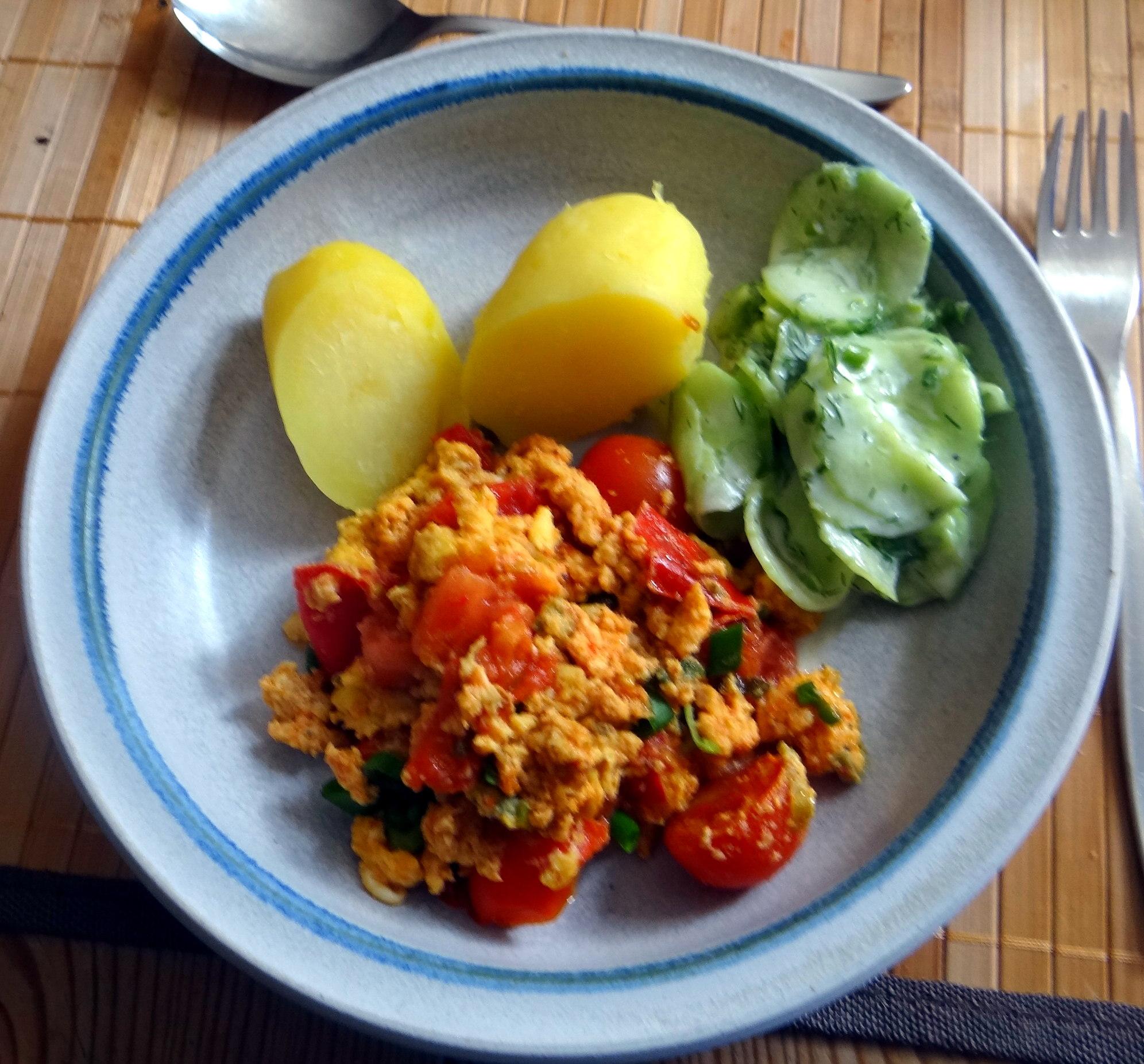 Rührei mit Tomaten,Pellkartoffeln,Gurkensalat,Erdbeeren,vegetarisch (2)