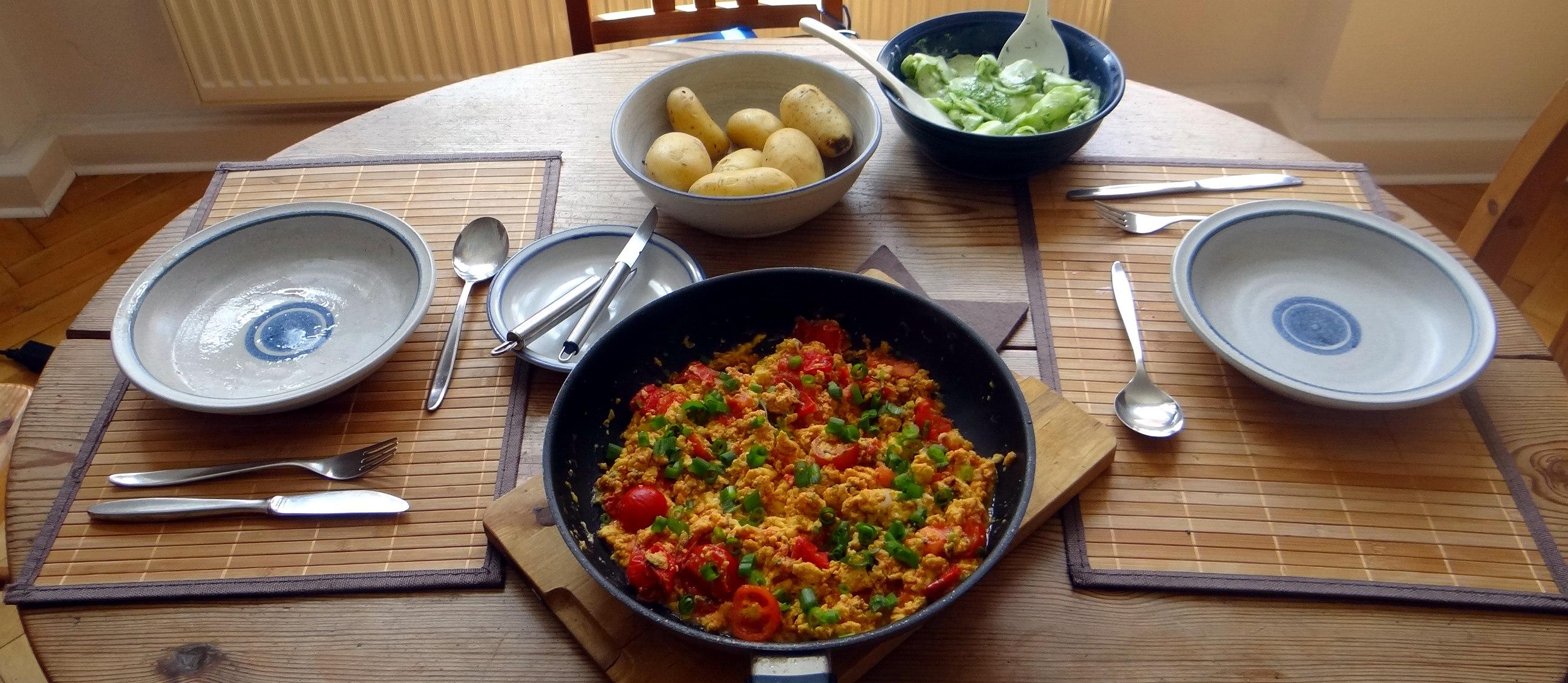 Rührei mit Tomaten,Pellkartoffeln,Gurkensalat,Erdbeeren,vegetarisch (4)