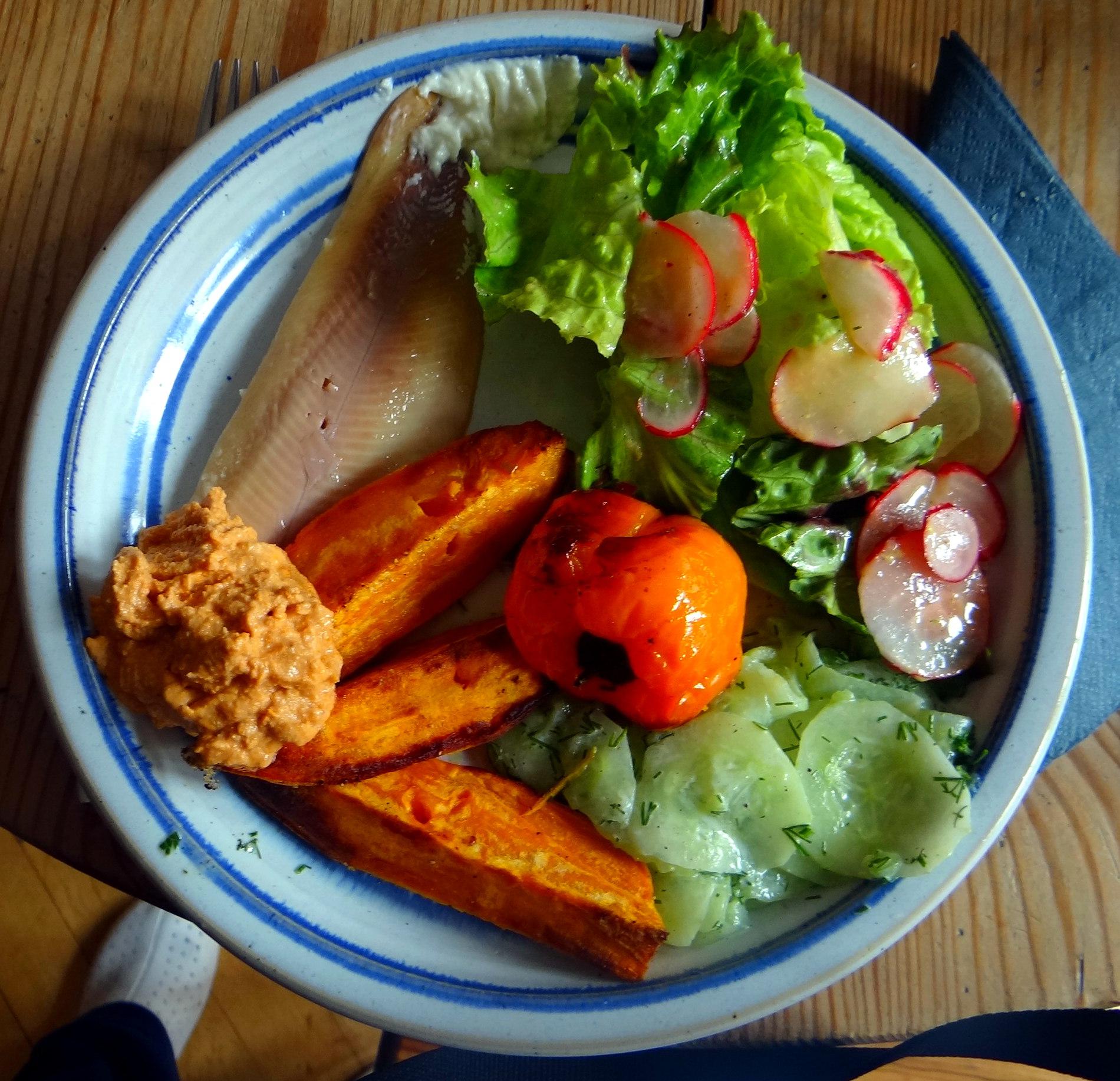 Süßkartoffel Spalten,Feta Creme,Salate (1)