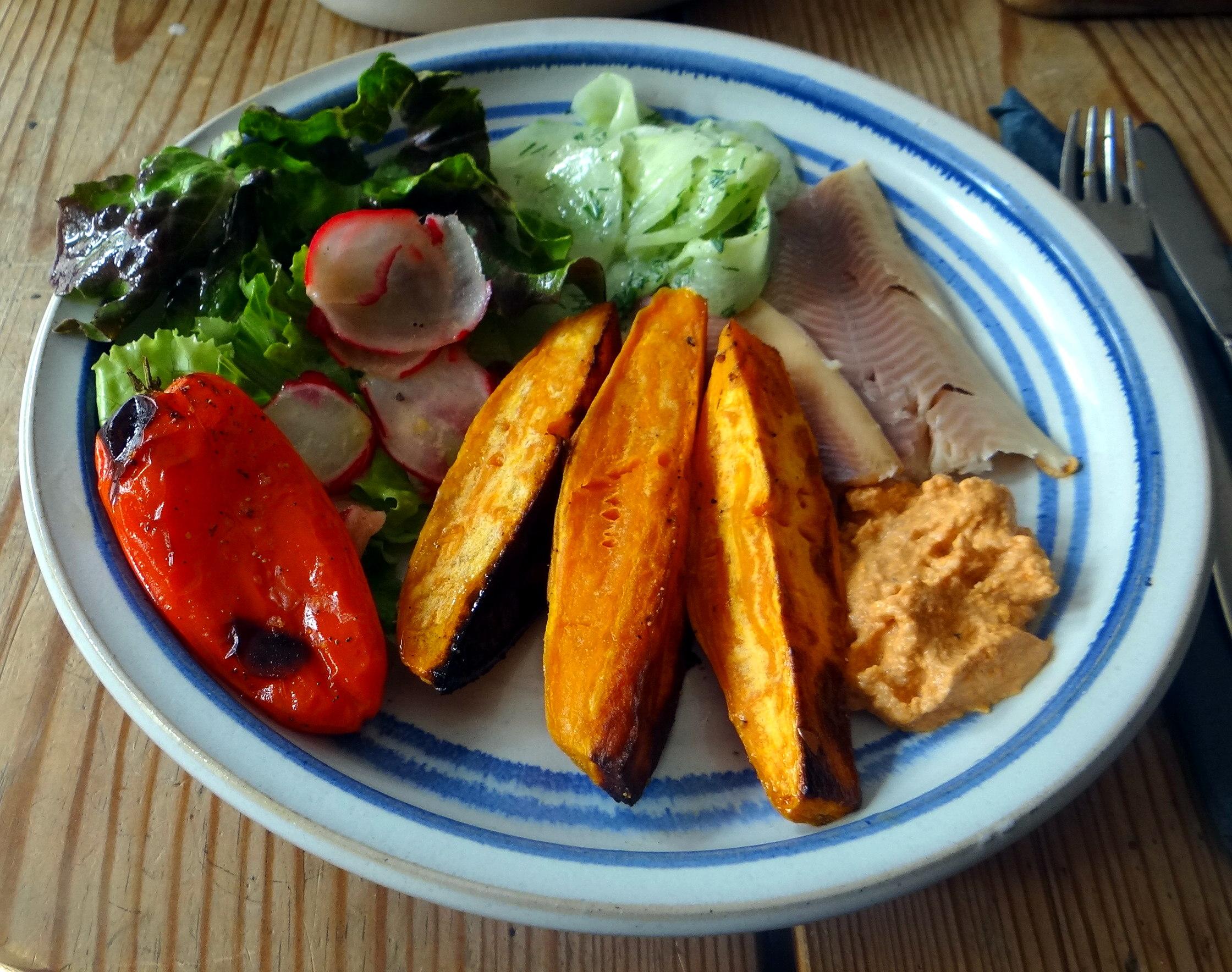 Süßkartoffel Spalten,Feta Creme,Salate (16)