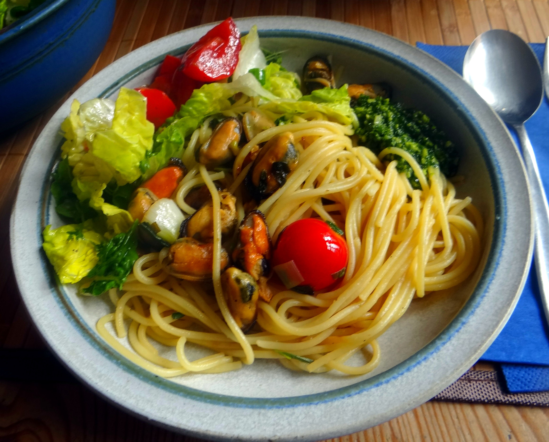 Spaghetti,Pesto,Muscheln,Salat (2)