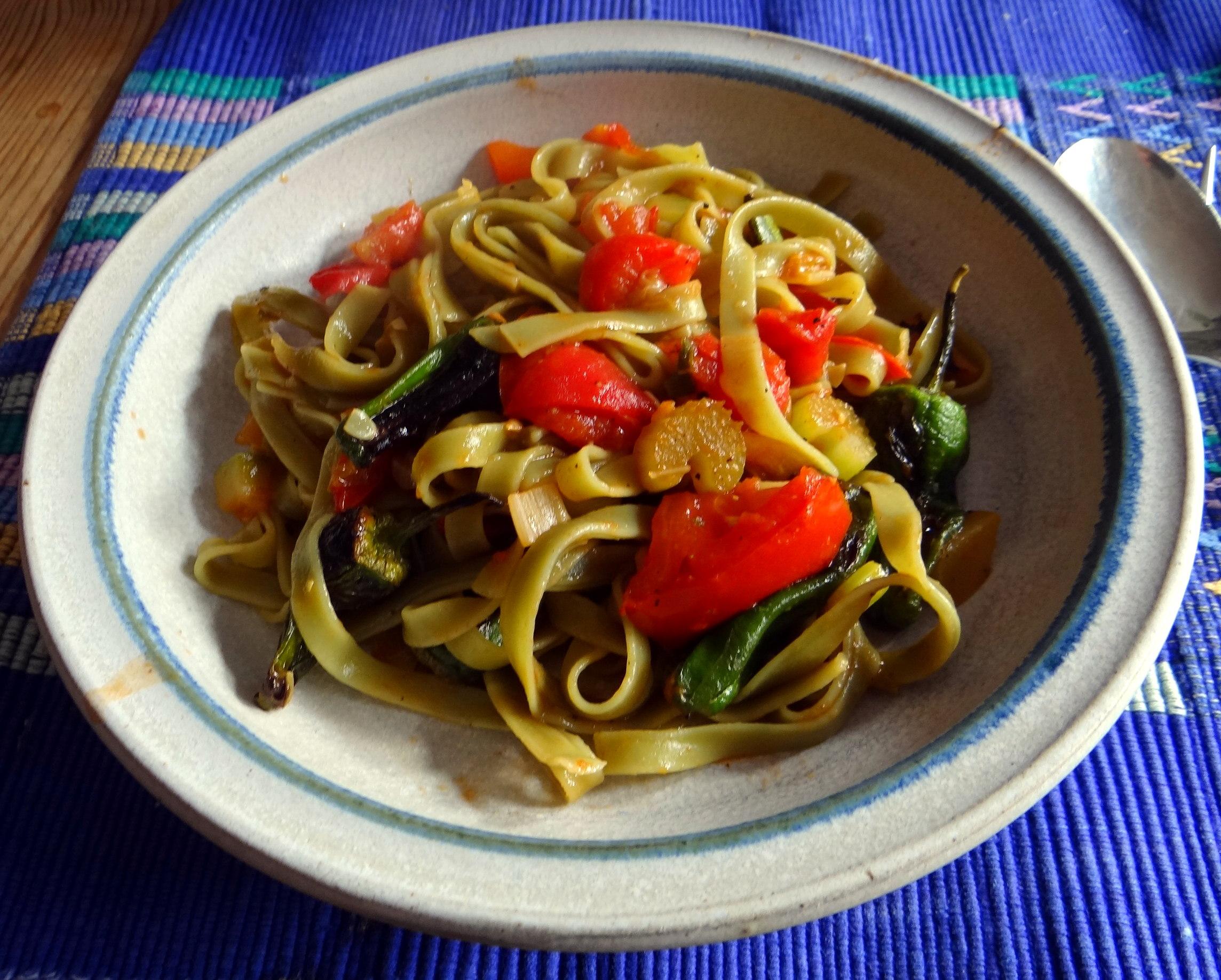 Grüne Nudeln mit Gemüse (2)