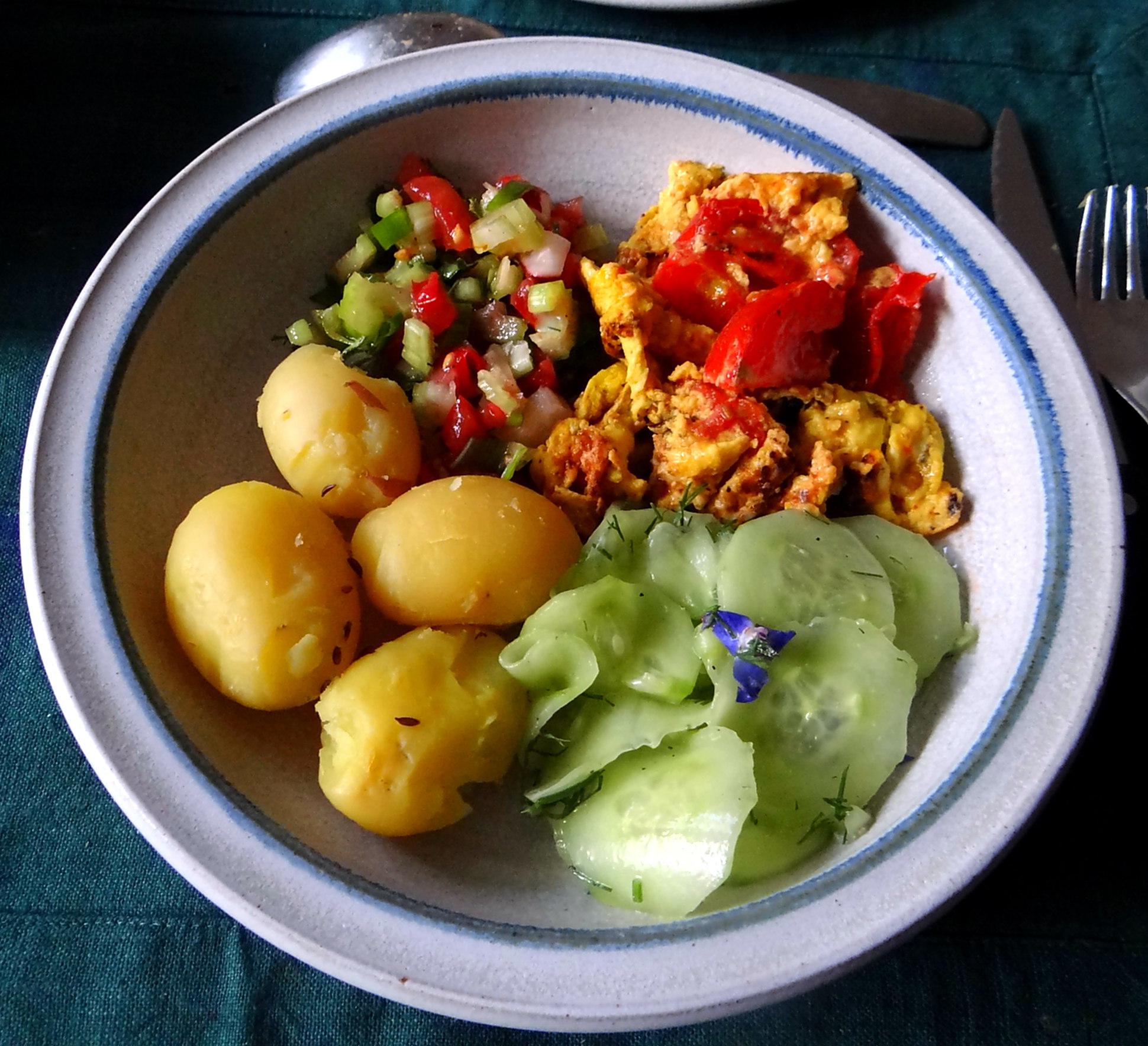 Kartoffeln,Rührei,Salate (1)