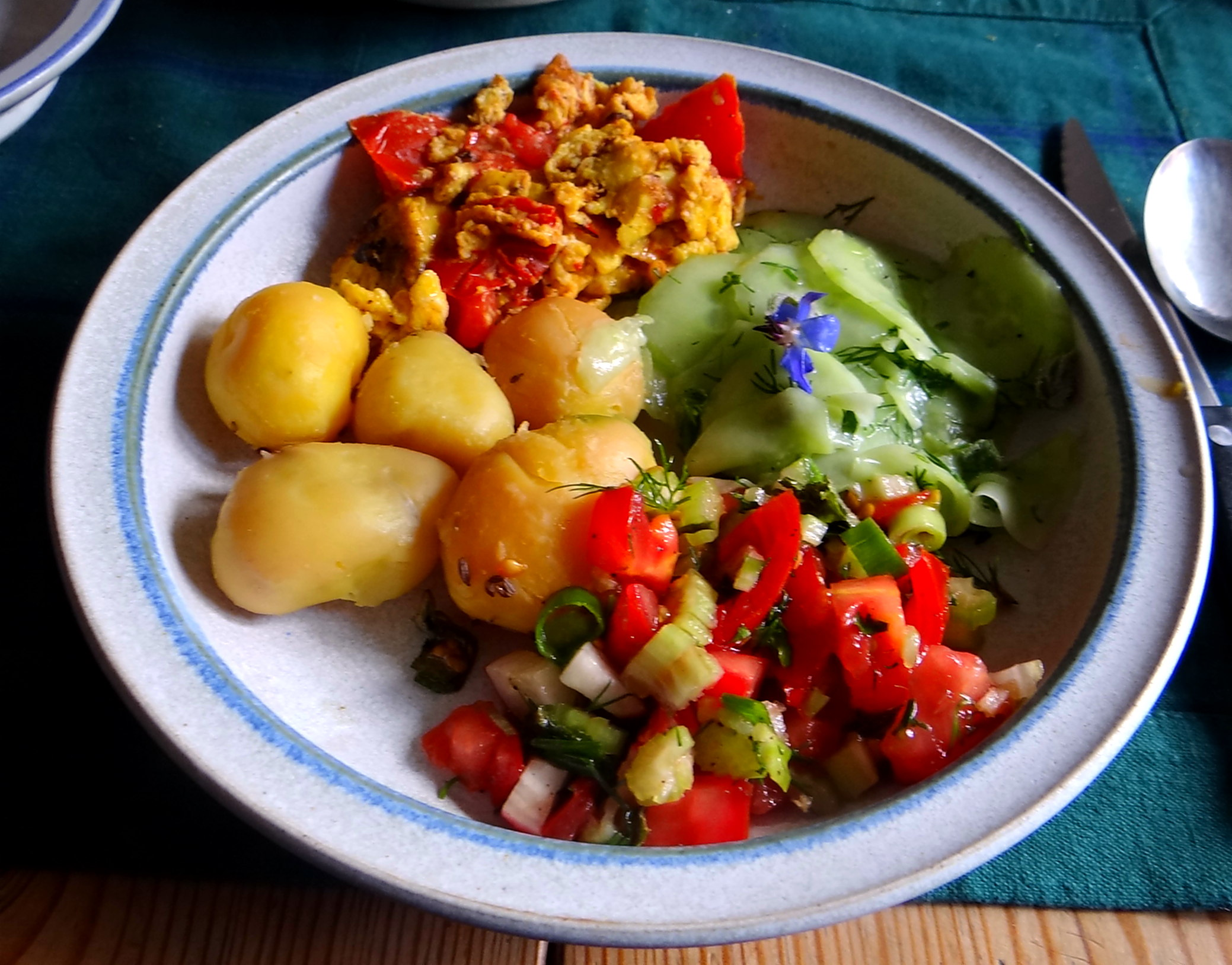 Kartoffeln,Rührei,Salate (2)