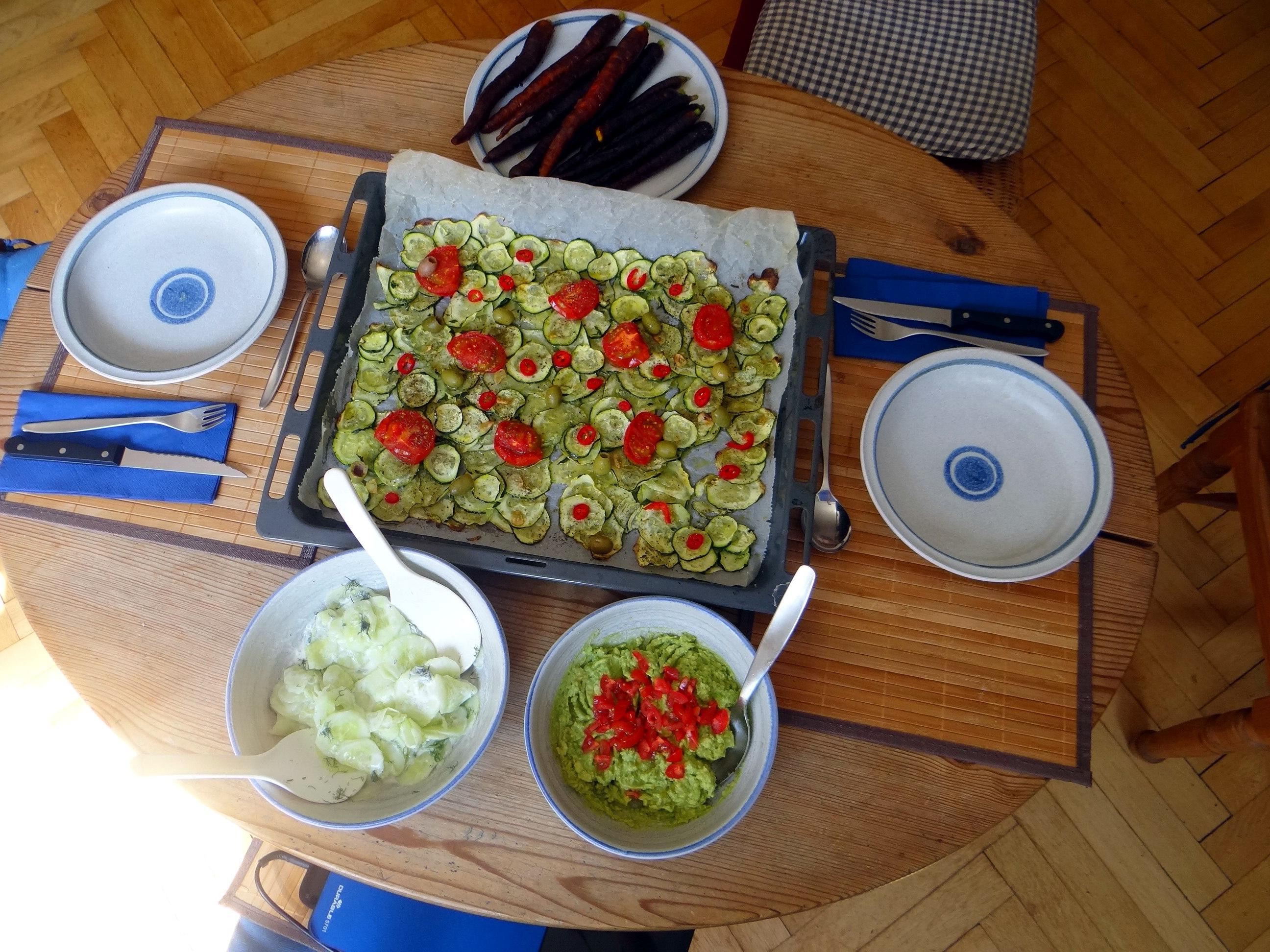 Lauwarmer Zucchinisalt,gedämpfte Möhren,Gurkensalat,Guacamole (14)