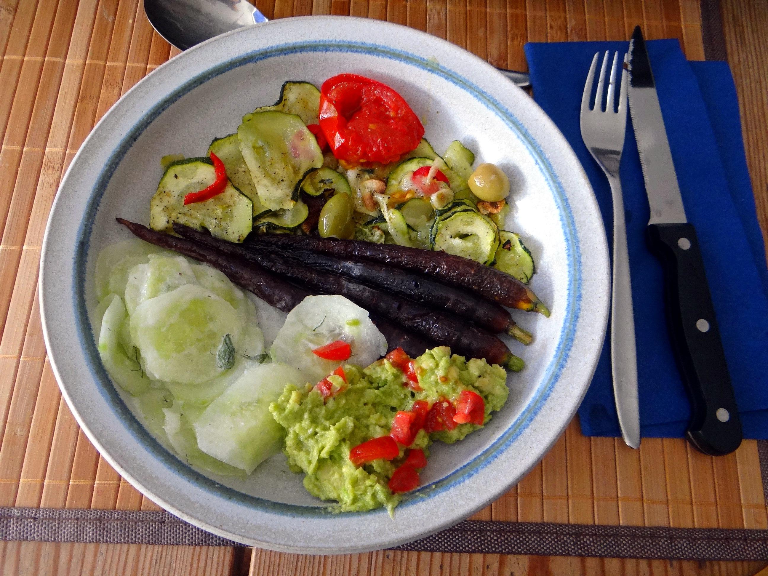 Lauwarmer Zucchinisalt,gedämpfte Möhren,Gurkensalat,Guacamole (15)