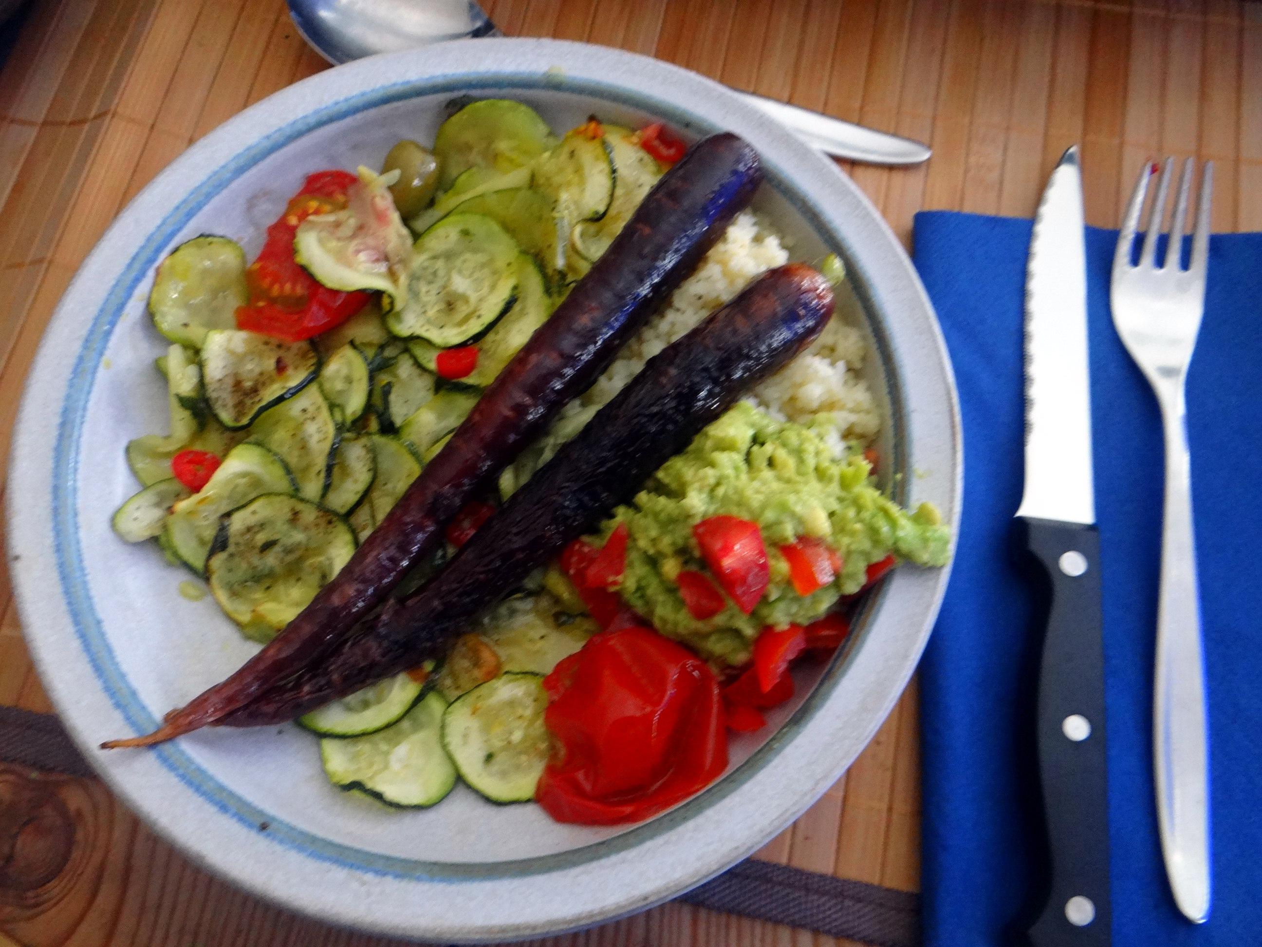 Lauwarmer Zucchinisalt,gedämpfte Möhren,Gurkensalat,Guacamole (17)