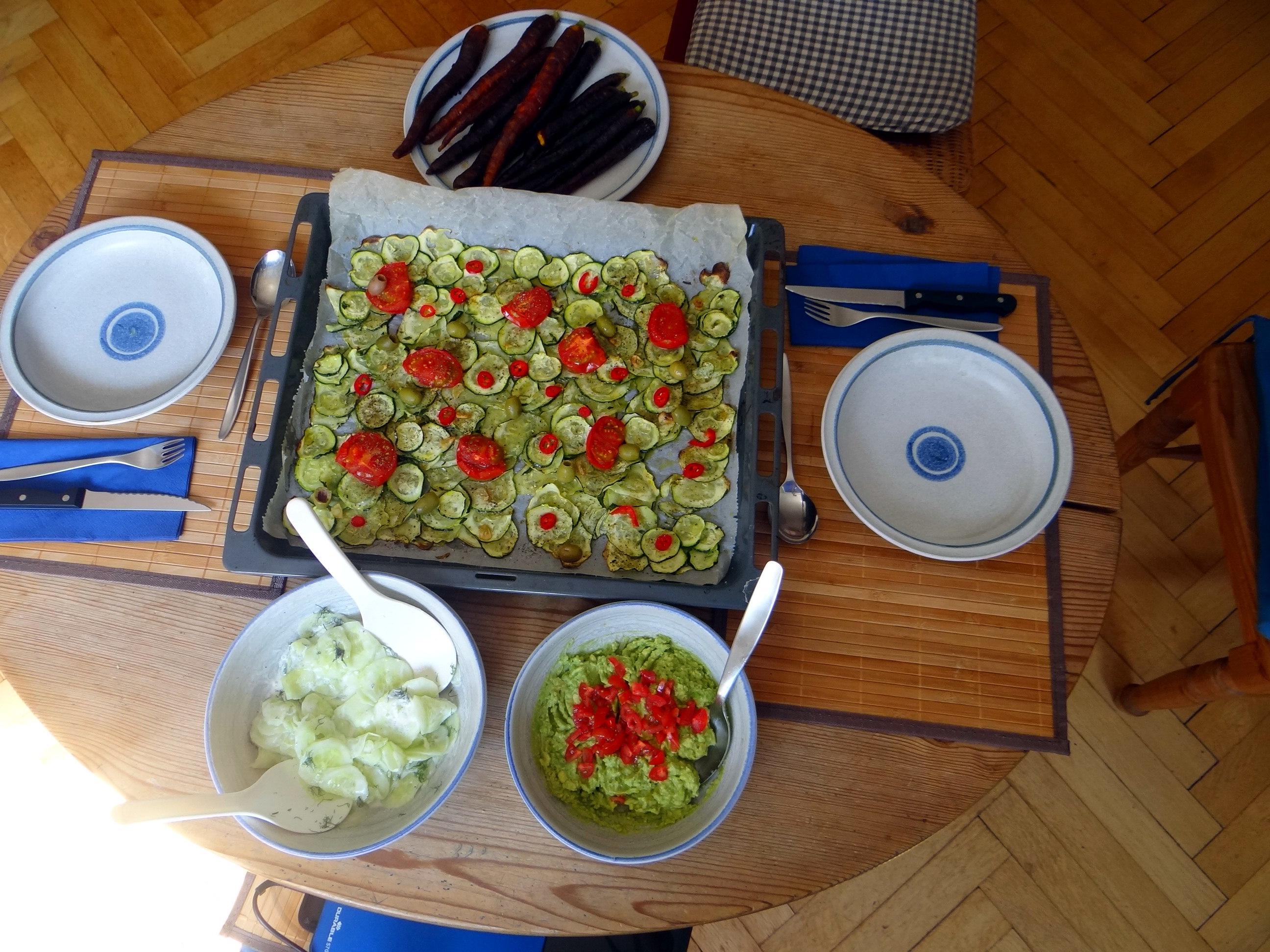 Lauwarmer Zucchinisalt,gedämpfte Möhren,Gurkensalat,Guacamole (3)