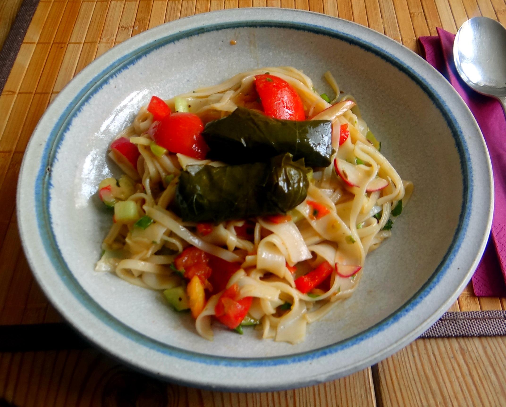 Reisnudelsalat-leicht asiatisch,gefüllte Weinblätter,Apfelmus (1)