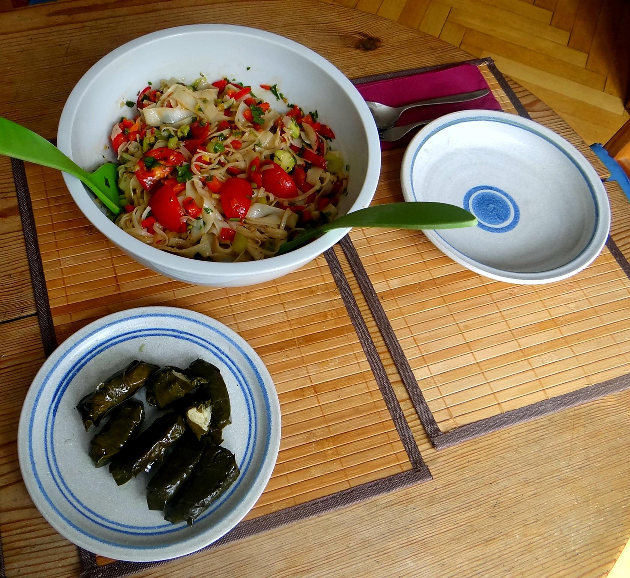 Reisnudelsalat-leicht asiatisch,gefüllte Weinblätter,Apfelmus (4)