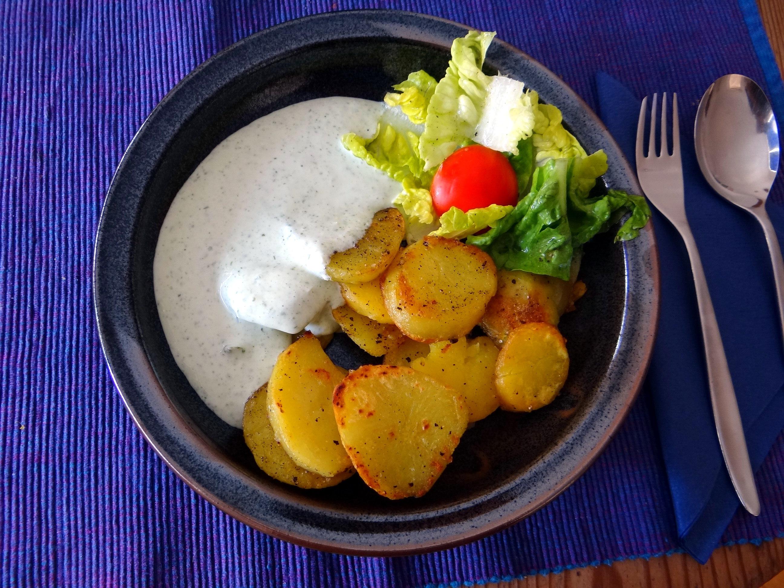 Braqtkartoffeln,Kräutersauce,Salat,Pflaumenkuchen (1)