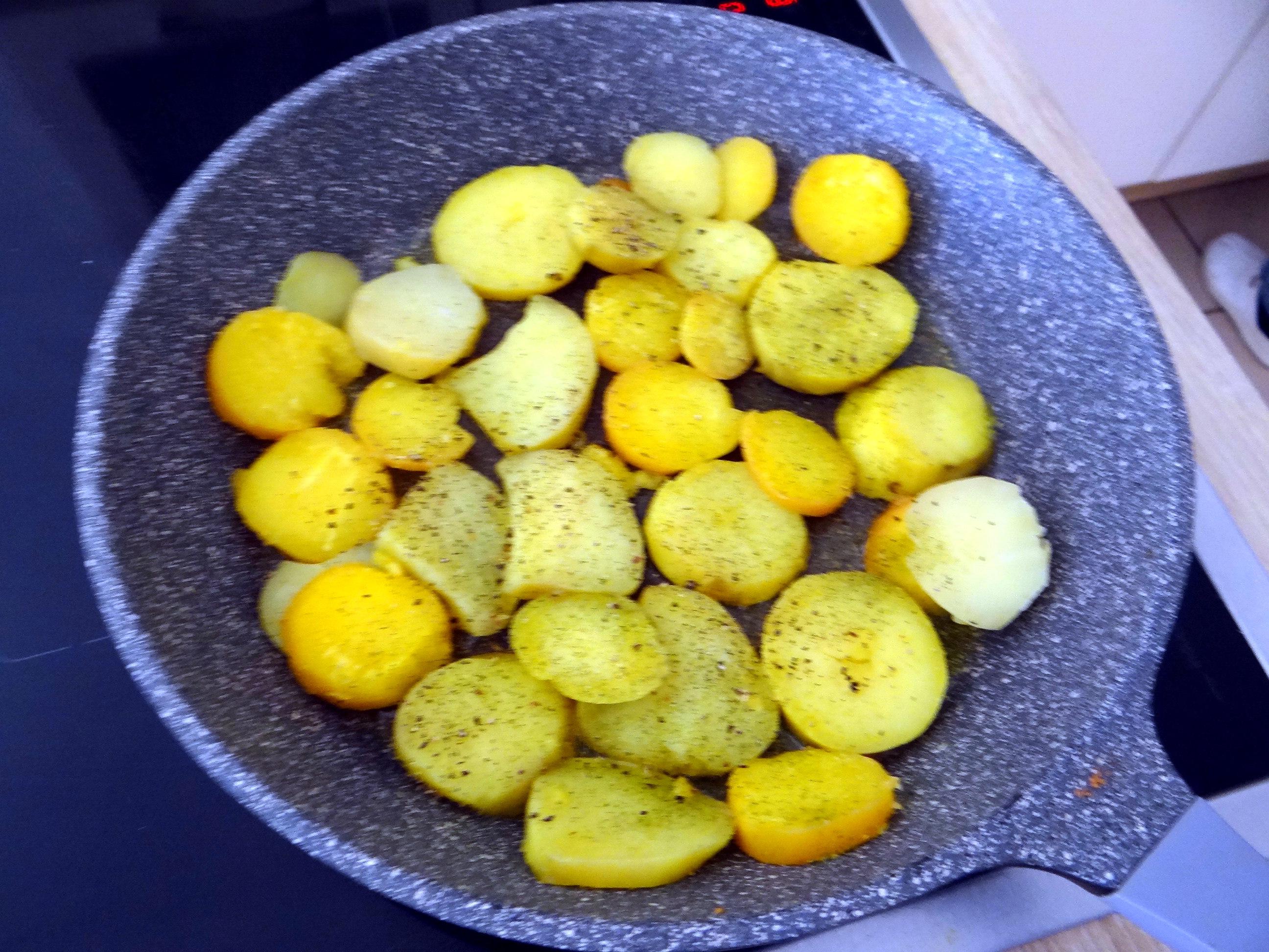 Braqtkartoffeln,Kräutersauce,Salat,Pflaumenkuchen (4)