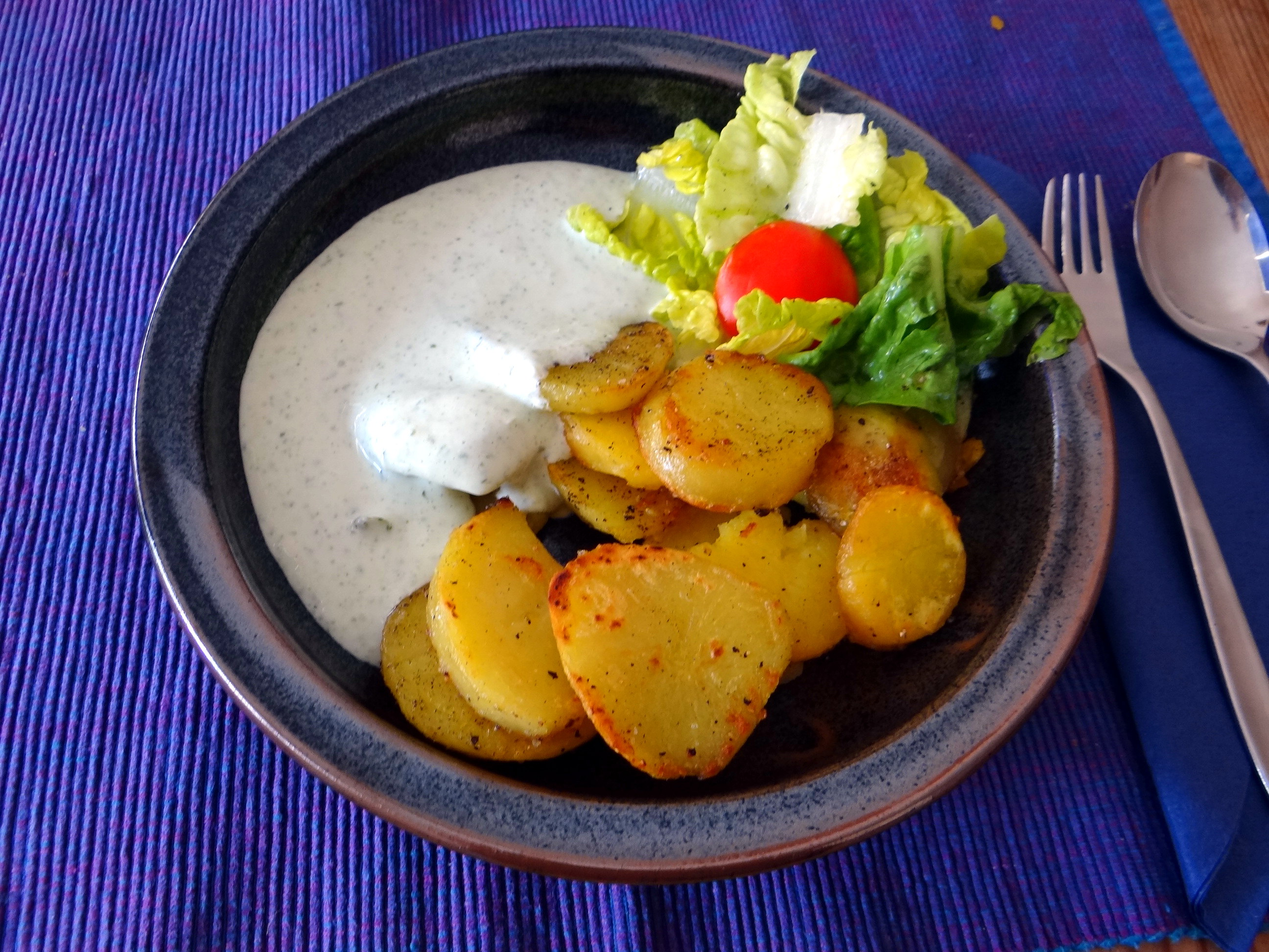 Braqtkartoffeln,Kräutersauce,Salat,Pflaumenkuchen (6)