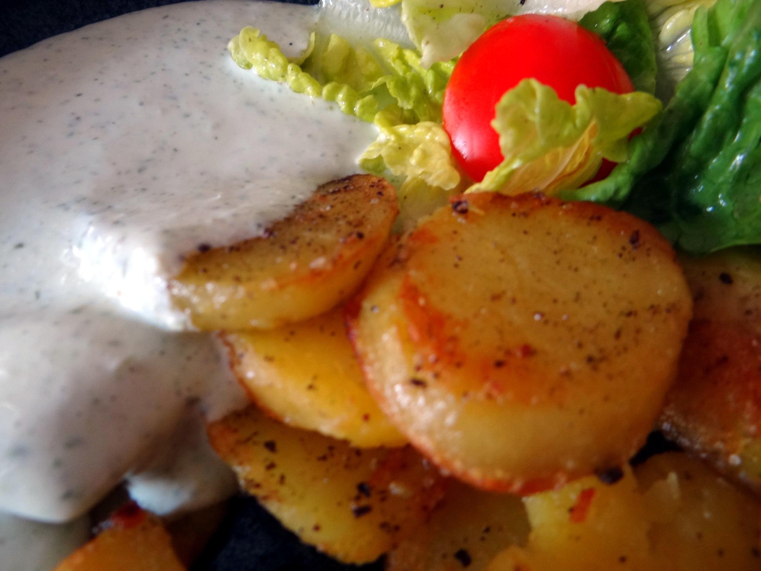 Braqtkartoffeln,Kräutersauce,Salat,Pflaumenkuchen (7)