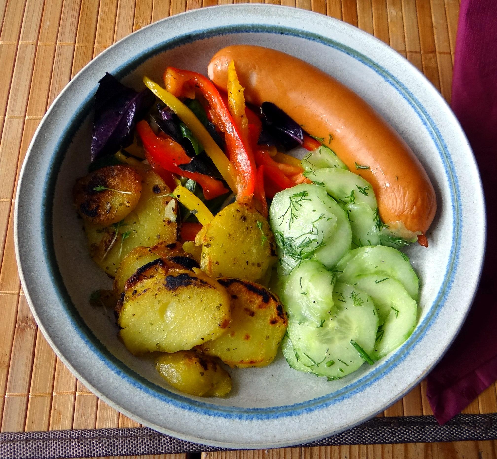Bratkartoffel,Bockwurst,Salate (1)