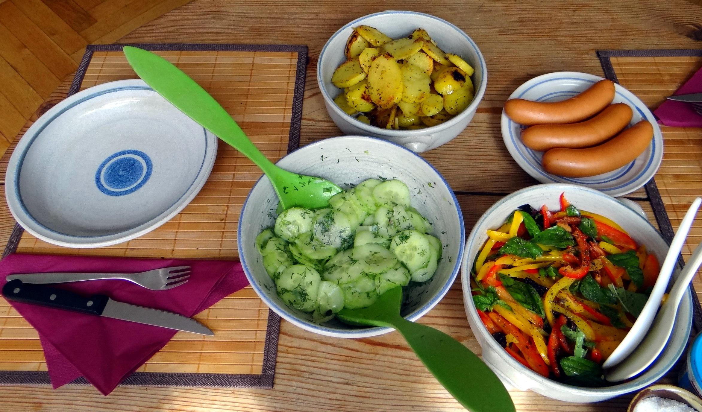 Bratkartoffel,Bockwurst,Salate (11)