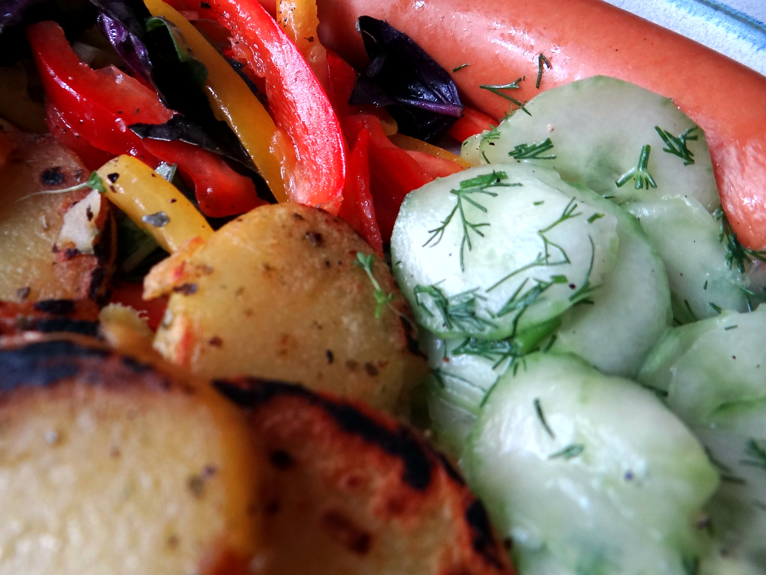 Bratkartoffel,Bockwurst,Salate (2)