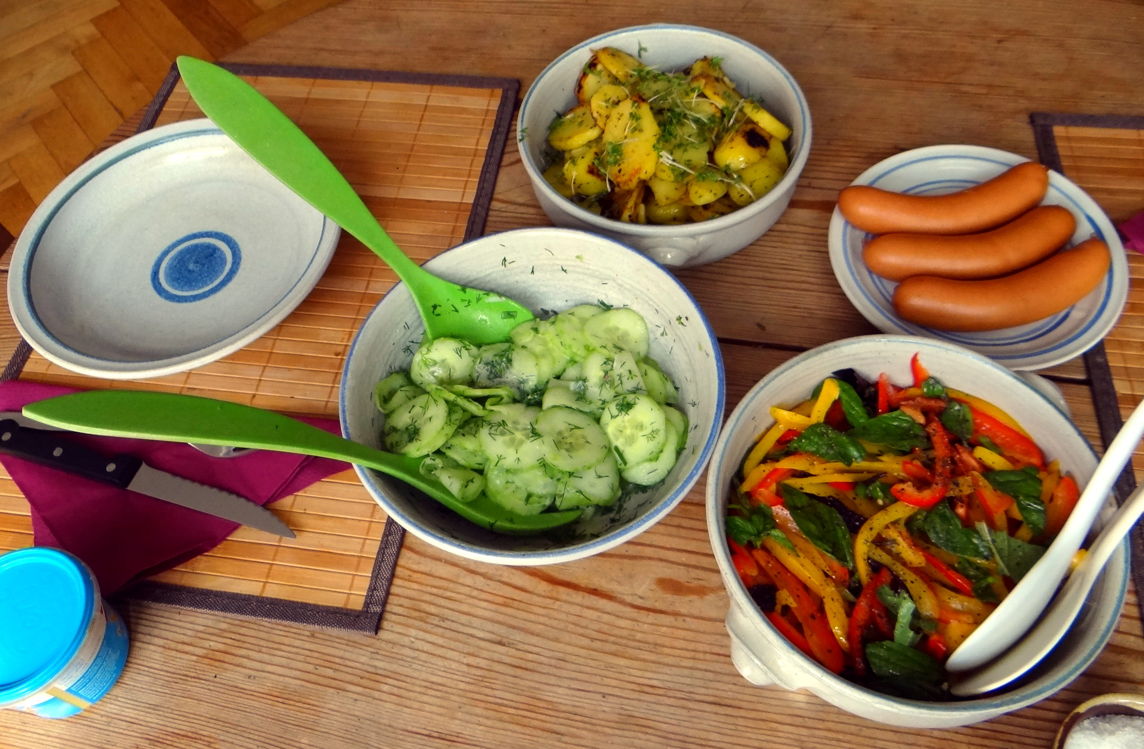 Bratkartoffel,Bockwurst,Salate (3)