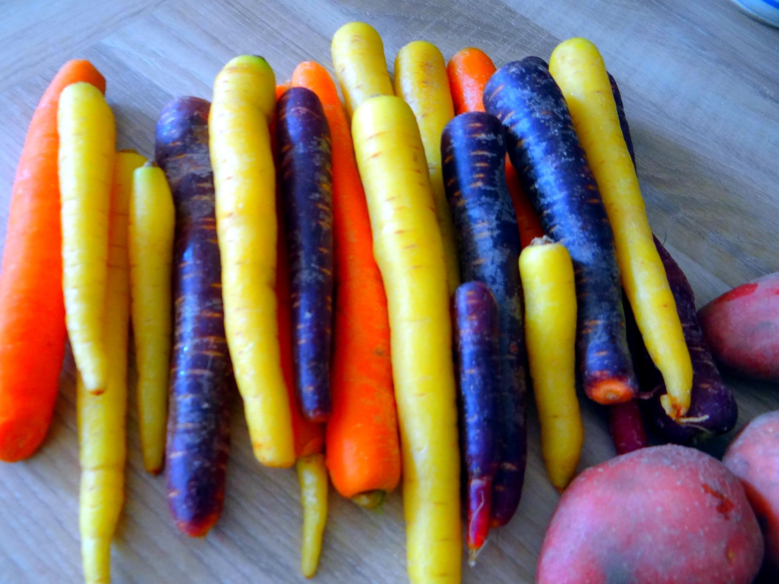 Bunte Möhren,Pellkartoffeln,Pflaumenkompott,vegetarisch (6)