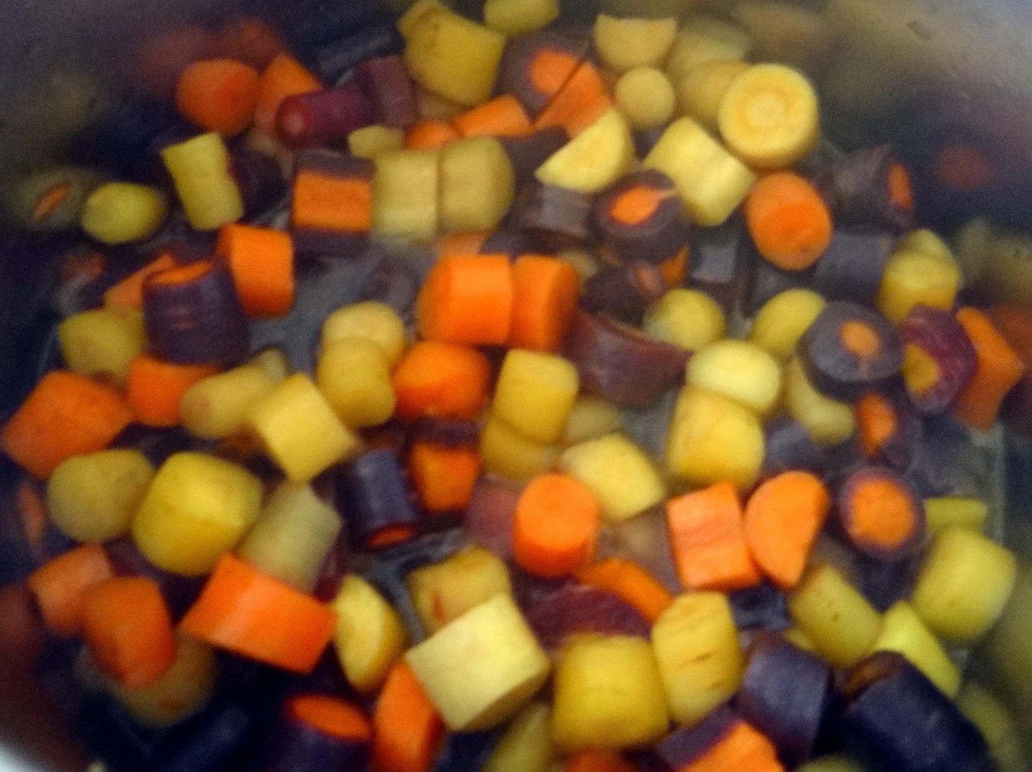Bunte Möhren,Pellkartoffeln,Pflaumenkompott,vegetarisch (9)