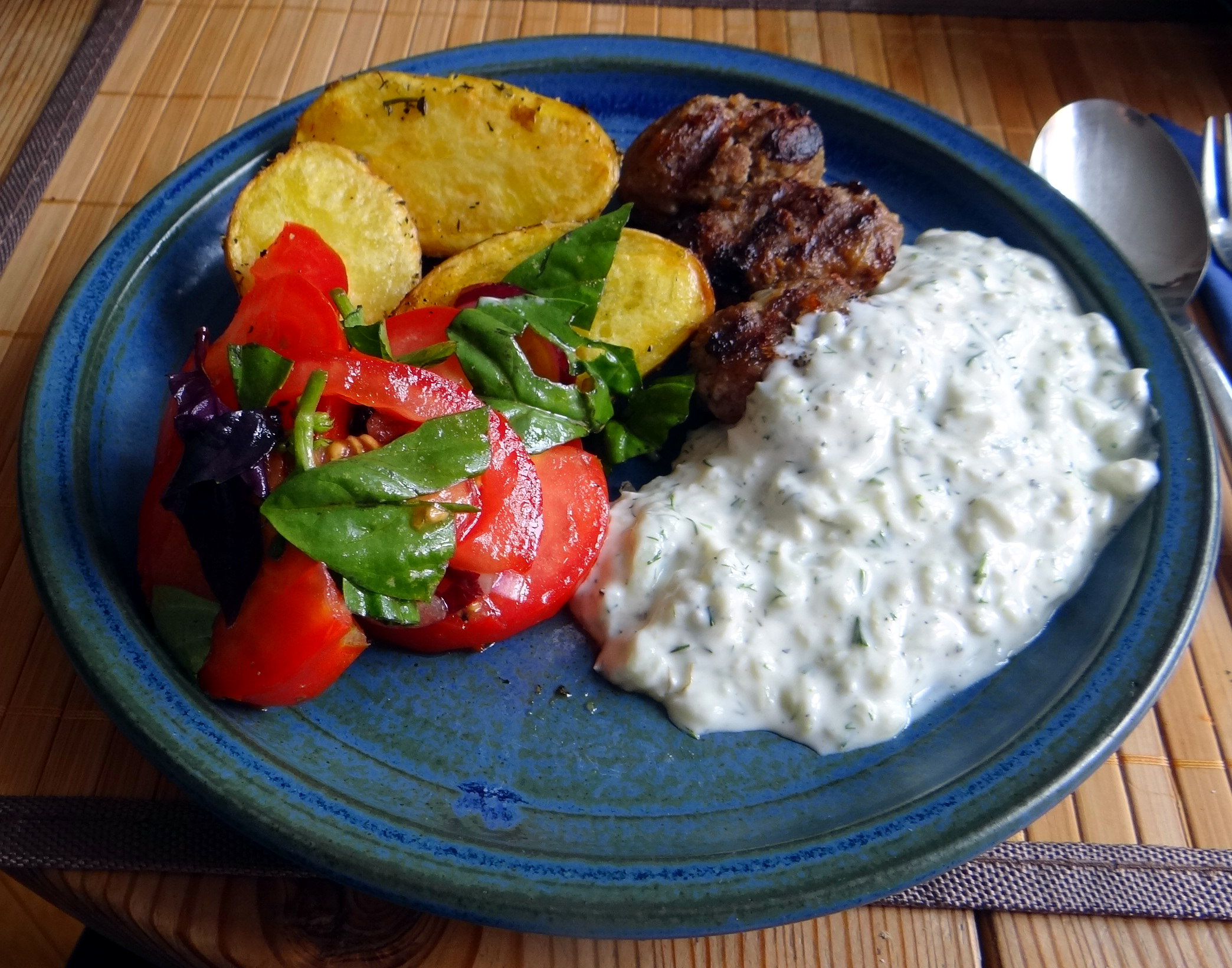 Cevapcici,Tzatziki,Ofenkartoffeln,Tomatensalat,Smoothie (1)