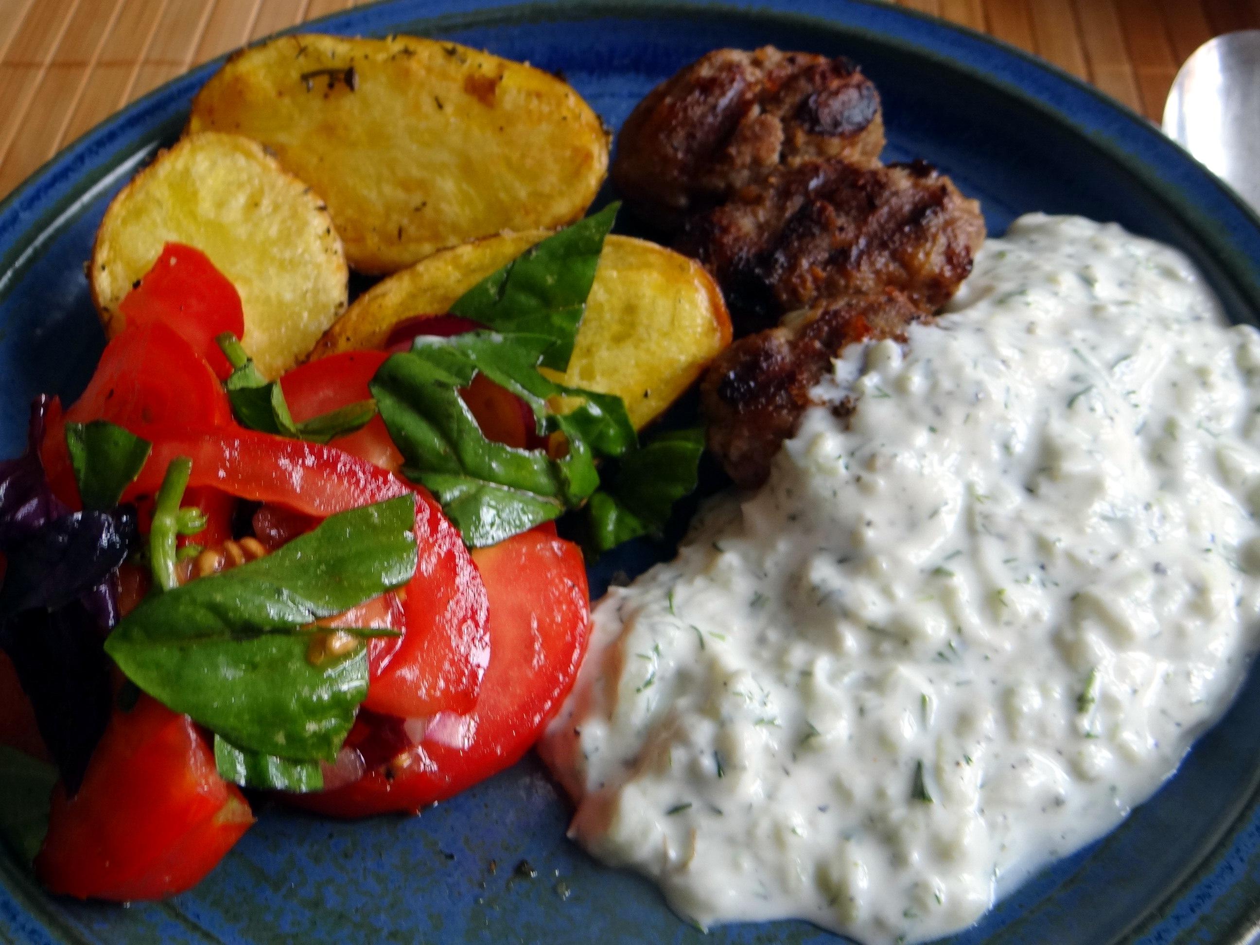Cevapcici,Tzatziki,Ofenkartoffeln,Tomatensalat,Smoothie (3)