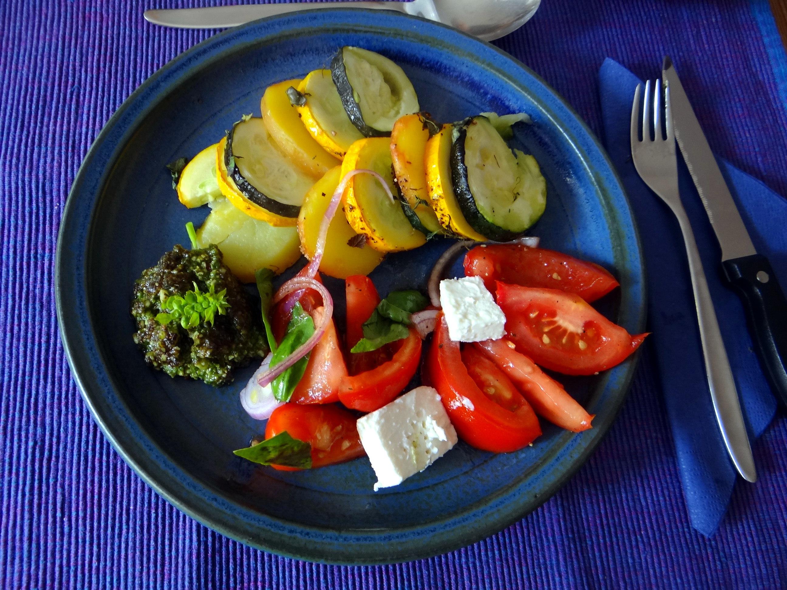 Kartoffel-Auberginen Gratin,Basilikum Pesto,Tomatensalat (3)