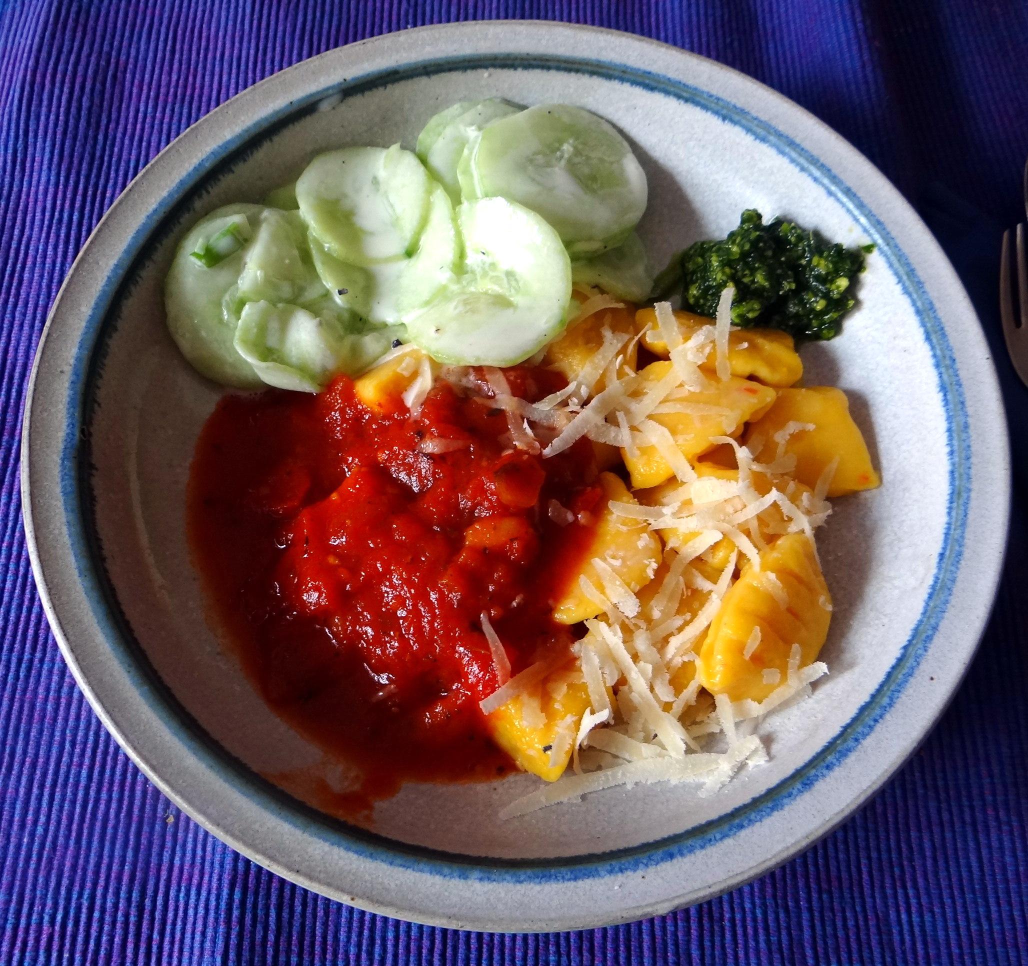 Kartoffel-Kürbis Gnocchis,Tomatensoße,Gurkensalat,vegetarisch (1)