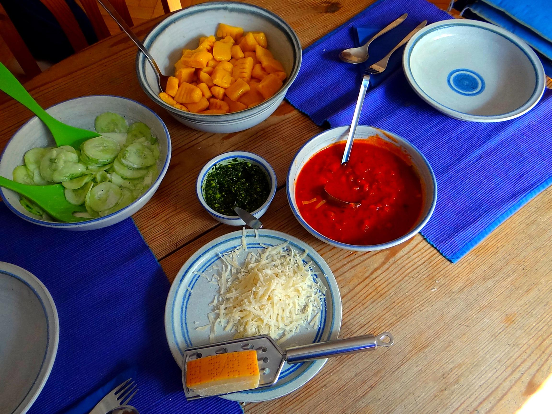 Kartoffel-Kürbis Gnocchis,Tomatensoße,Gurkensalat,vegetarisch (18)