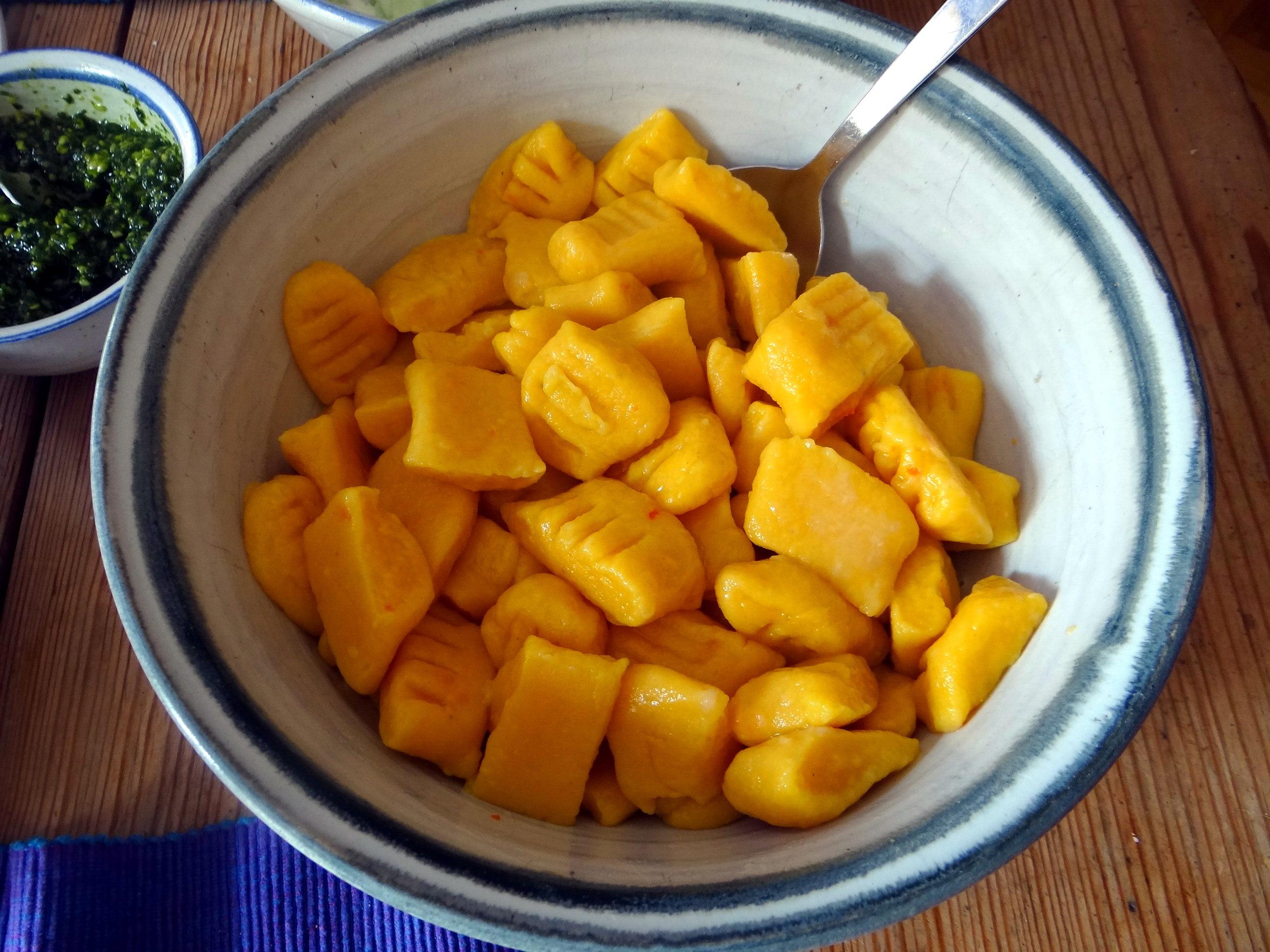 Kartoffel-Kürbis Gnocchis,Tomatensoße,Gurkensalat,vegetarisch (20)