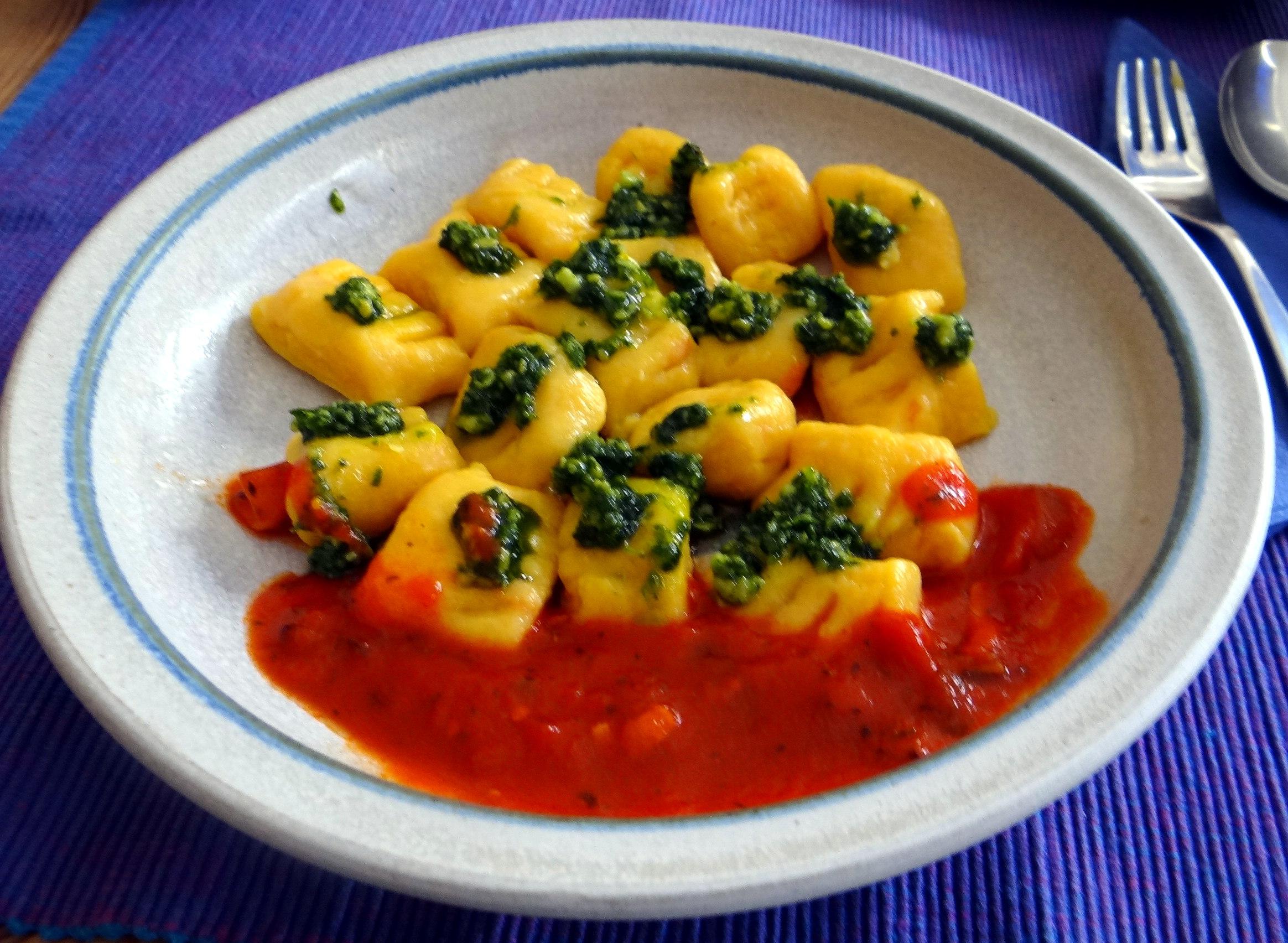 Kartoffel-Kürbis Gnocchis,Tomatensoße,Gurkensalat,vegetarisch (23)