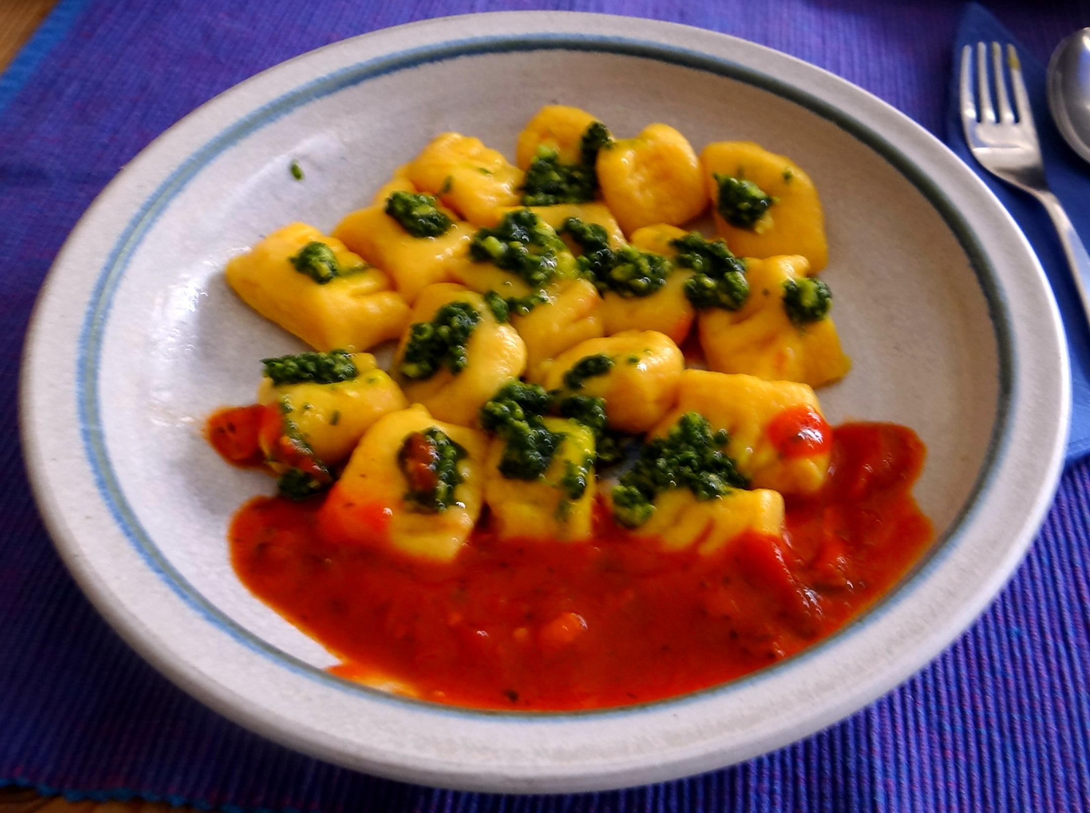 Kartoffel-Kürbis Gnocchis,Tomatensoße,Gurkensalat,vegetarisch (3)