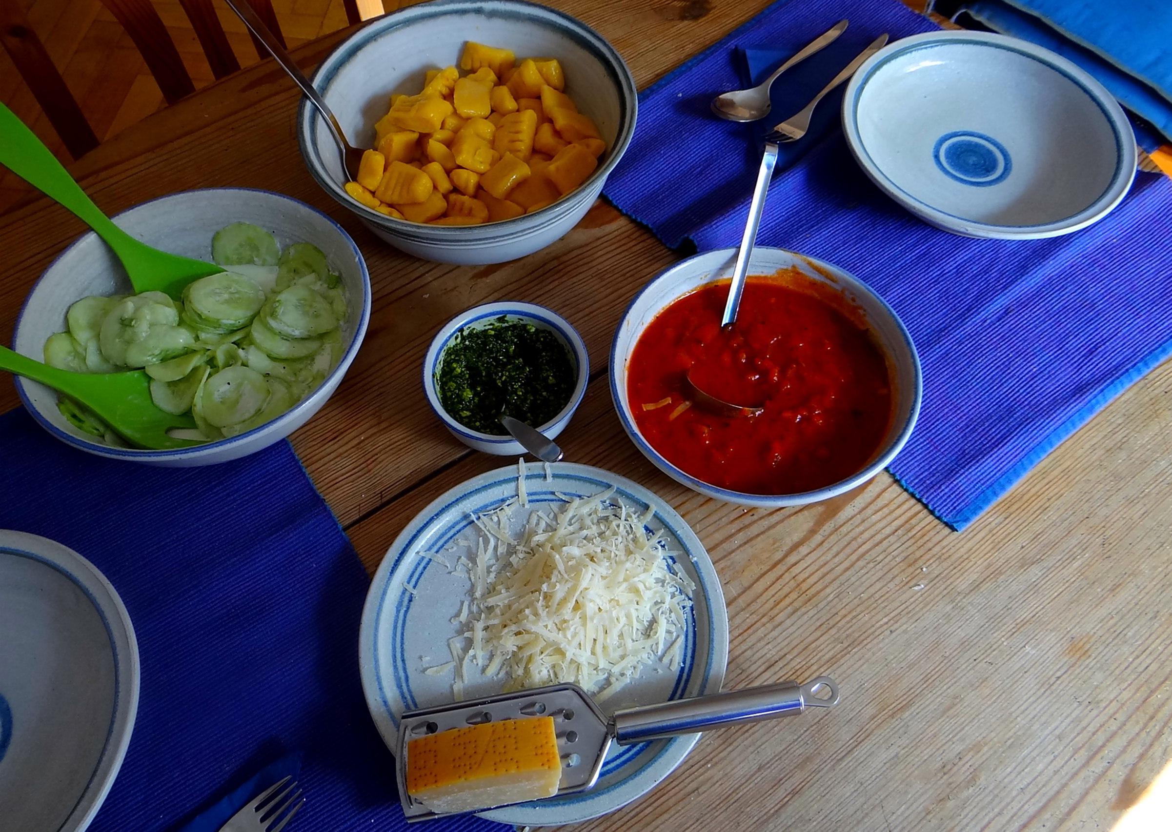 Kartoffel-Kürbis Gnocchis,Tomatensoße,Gurkensalat,vegetarisch (6)