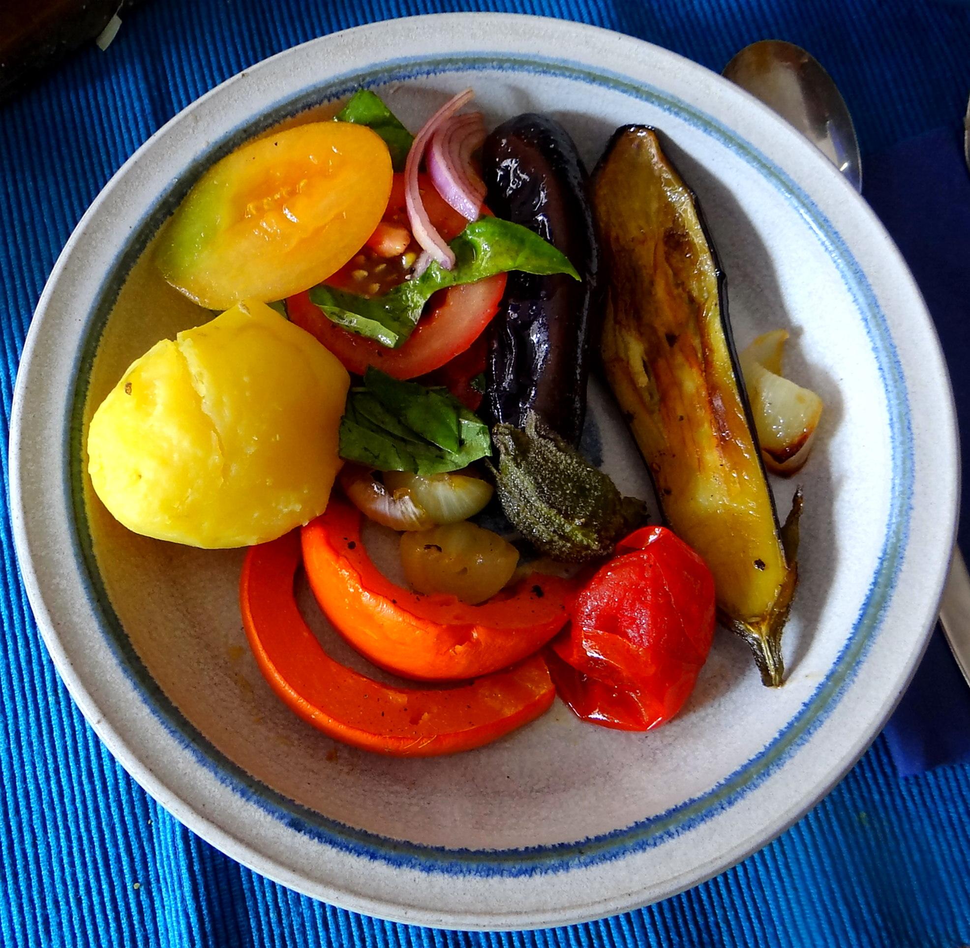 Kartoffeln,Hokkaidospalten,Auberginen,Tomatensalat (1)