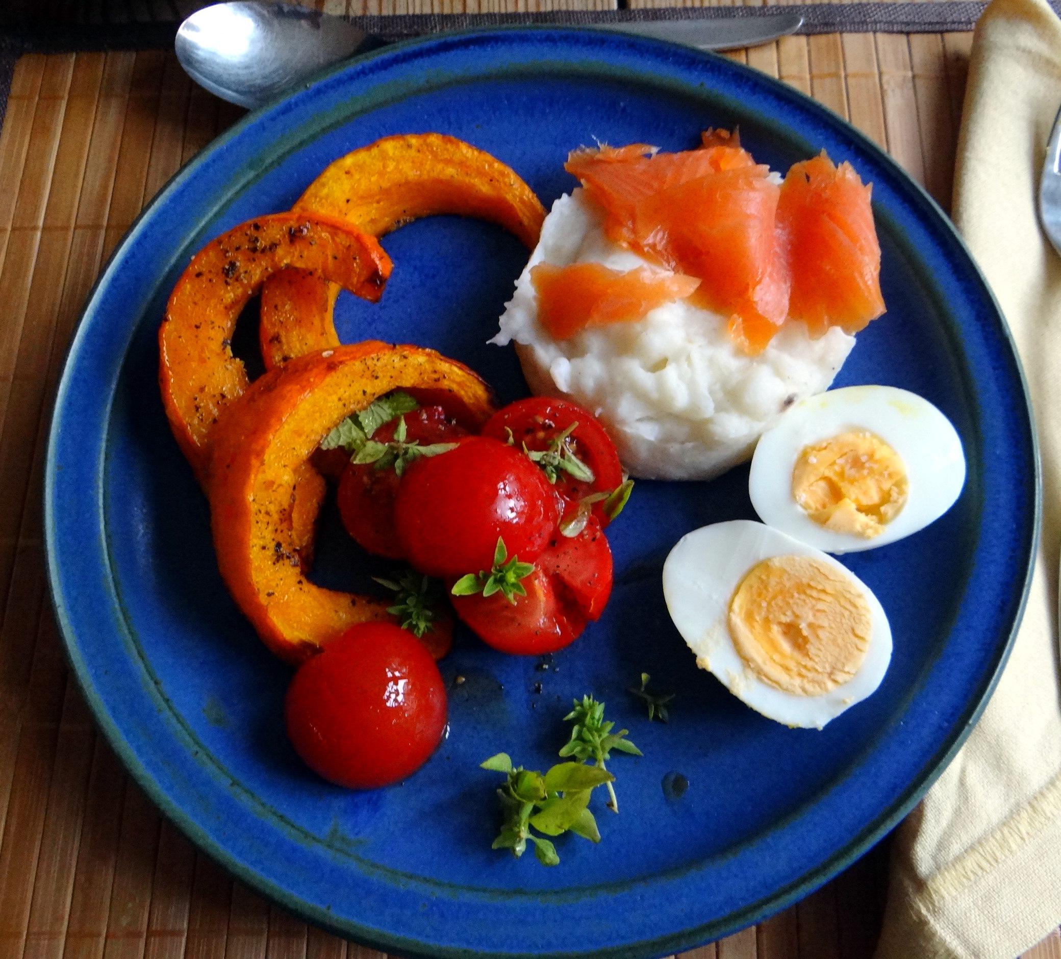 Maniok,Kürbisspalten,Tomaten,Eier,geräucherte Lachsforelle,pescetarisch (1)