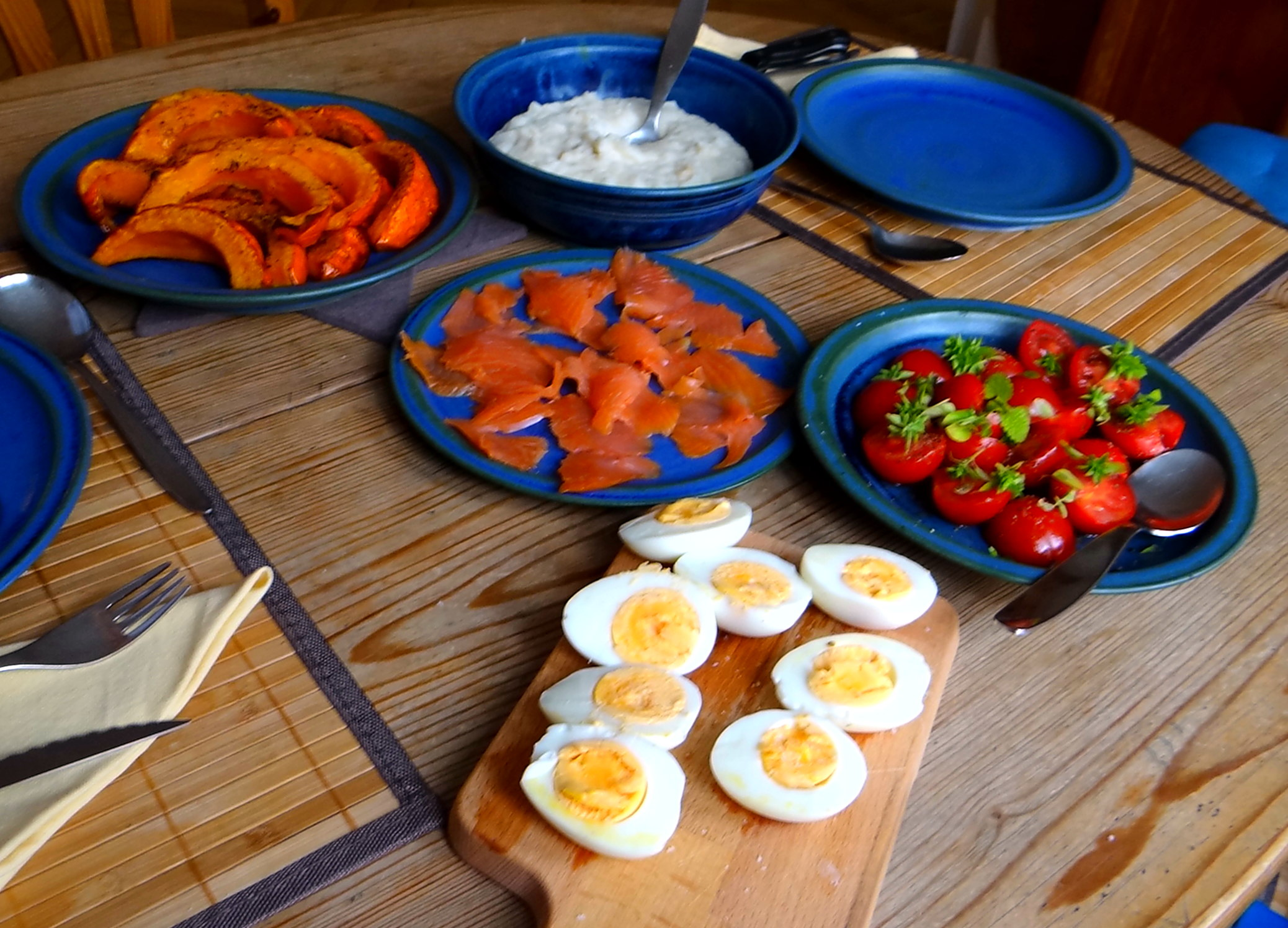 Maniok,Kürbisspalten,Tomaten,Eier,geräucherte Lachsforelle,pescetarisch (13)
