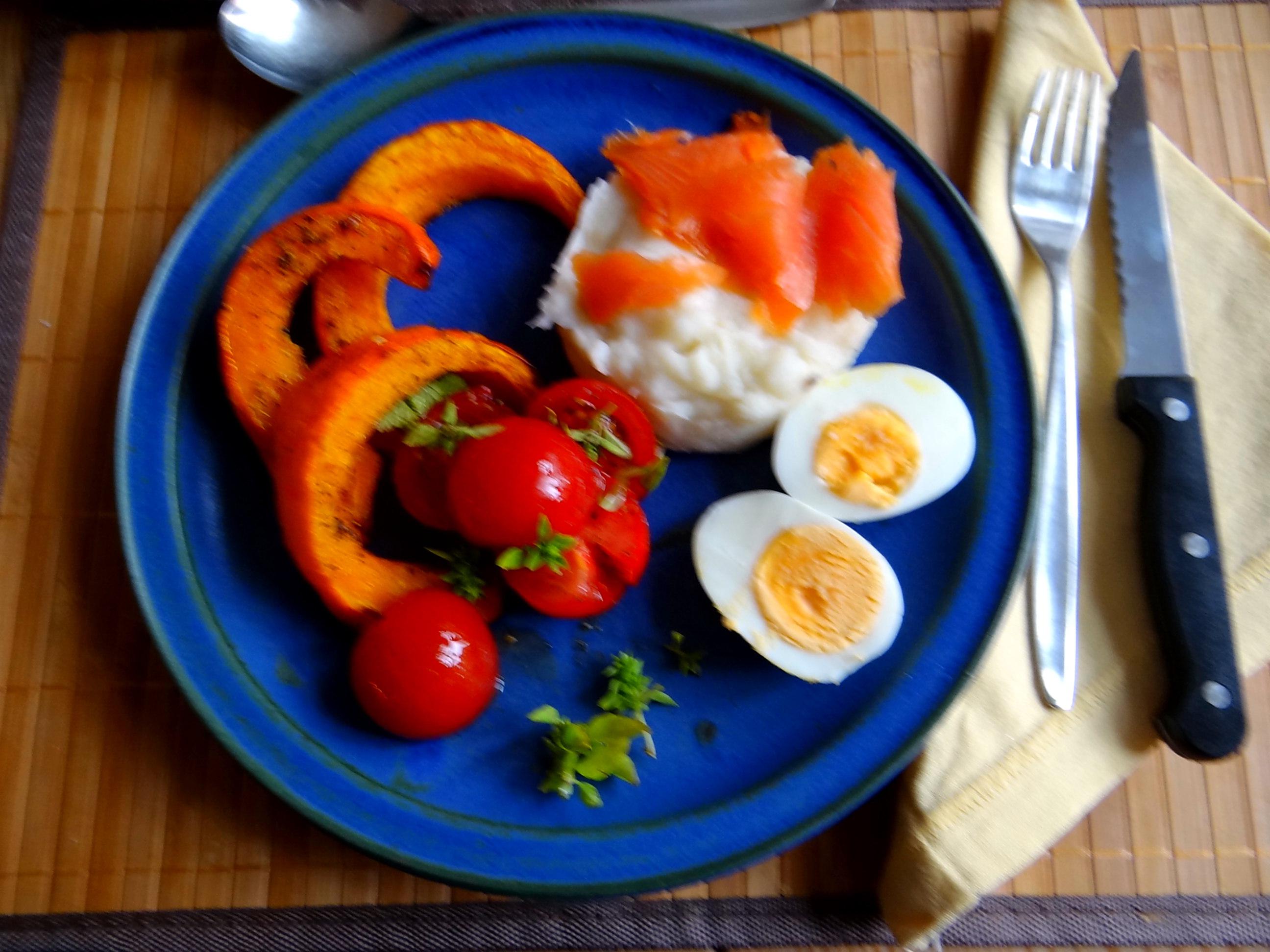 Maniok,Kürbisspalten,Tomaten,Eier,geräucherte Lachsforelle,pescetarisch (14)
