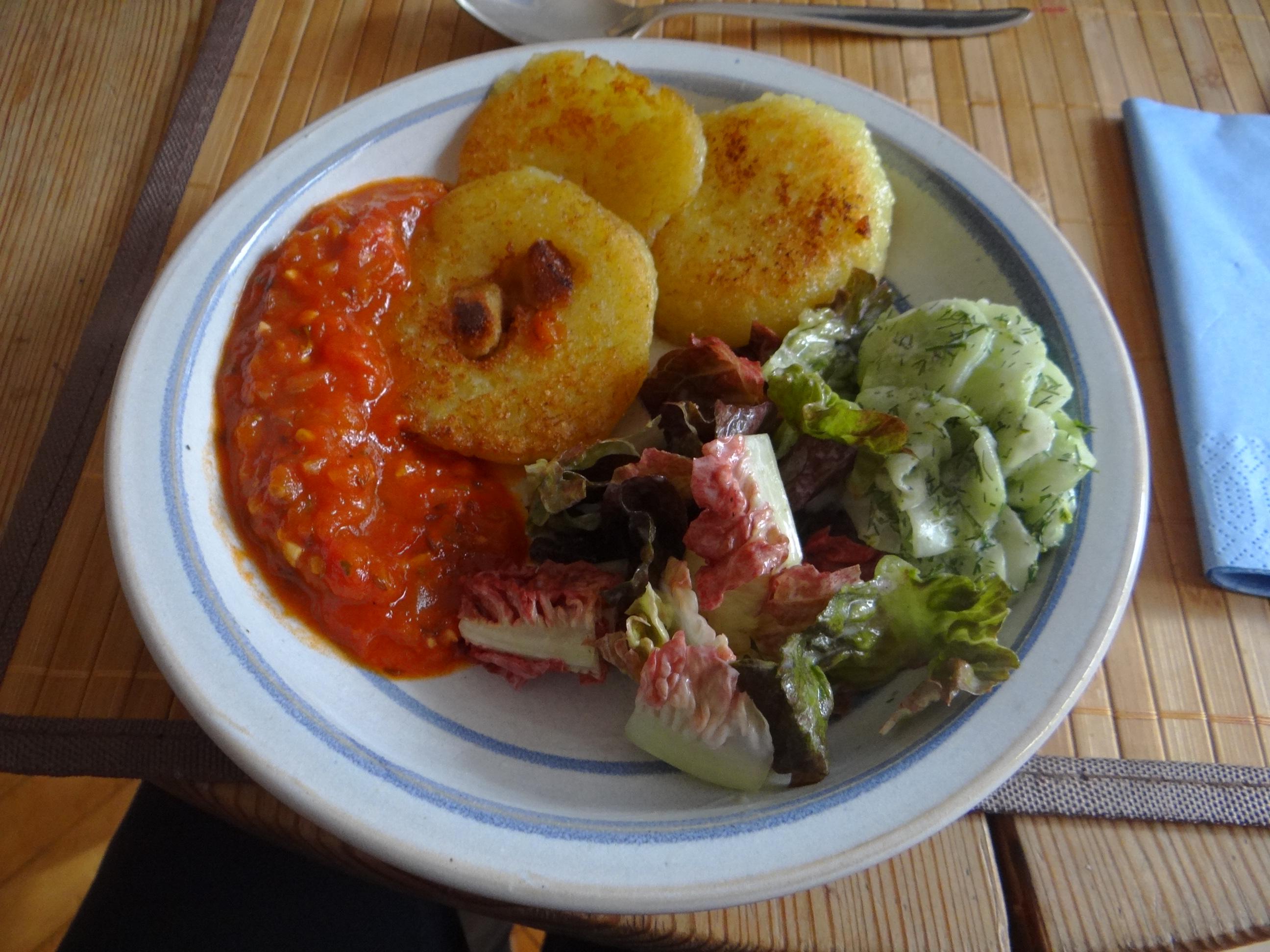 Gebratene Kloßscheiben mit Tomatensauce,Salate (1)