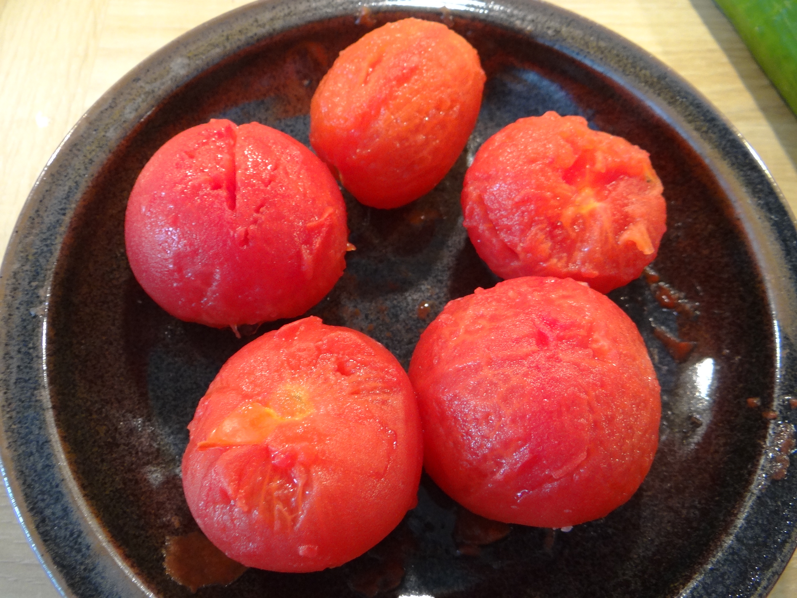 Gebratene Kloßscheiben mit Tomatensauce,Salate (16)
