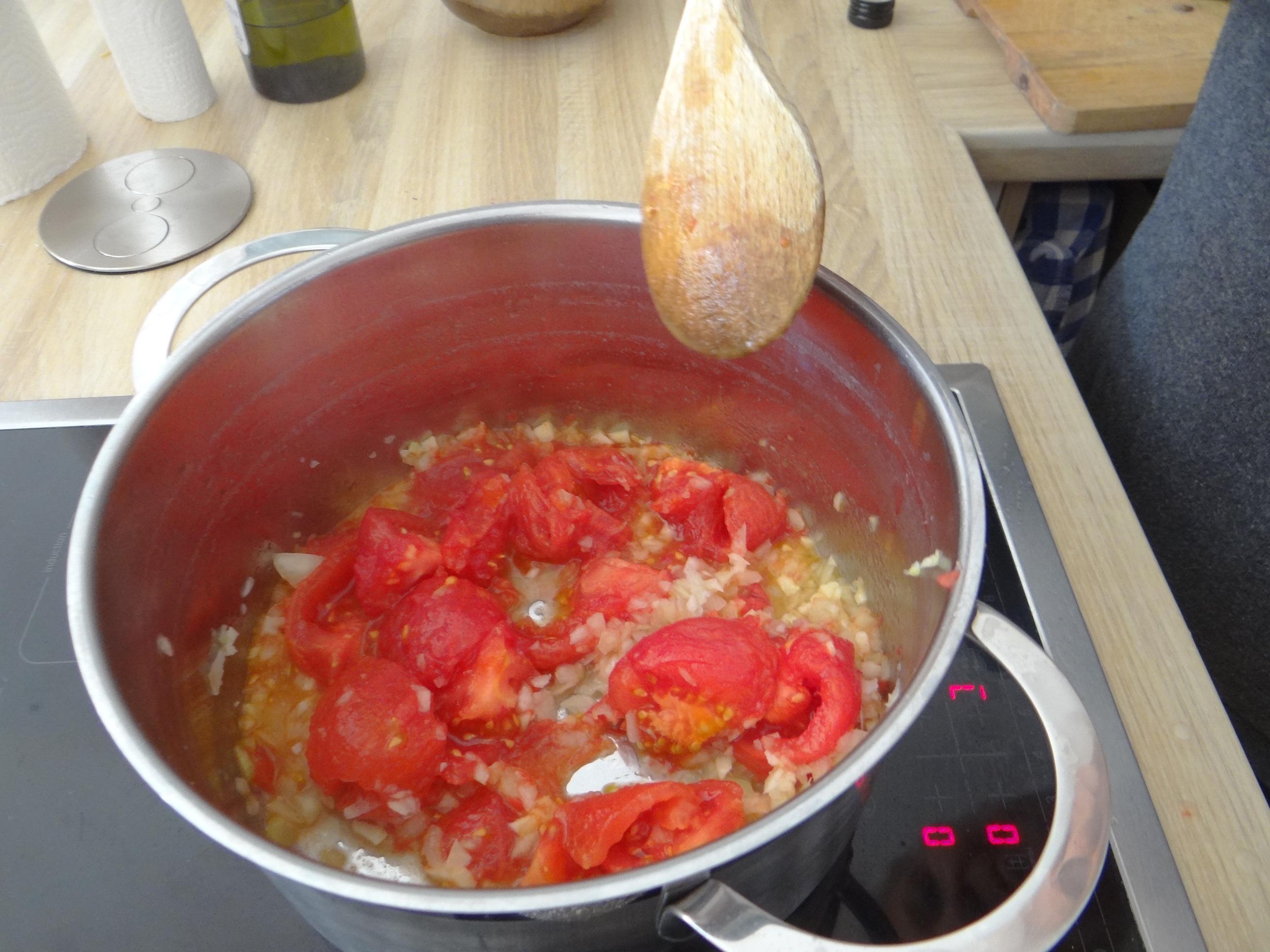 Gebratene Kloßscheiben mit Tomatensauce,Salate (17)