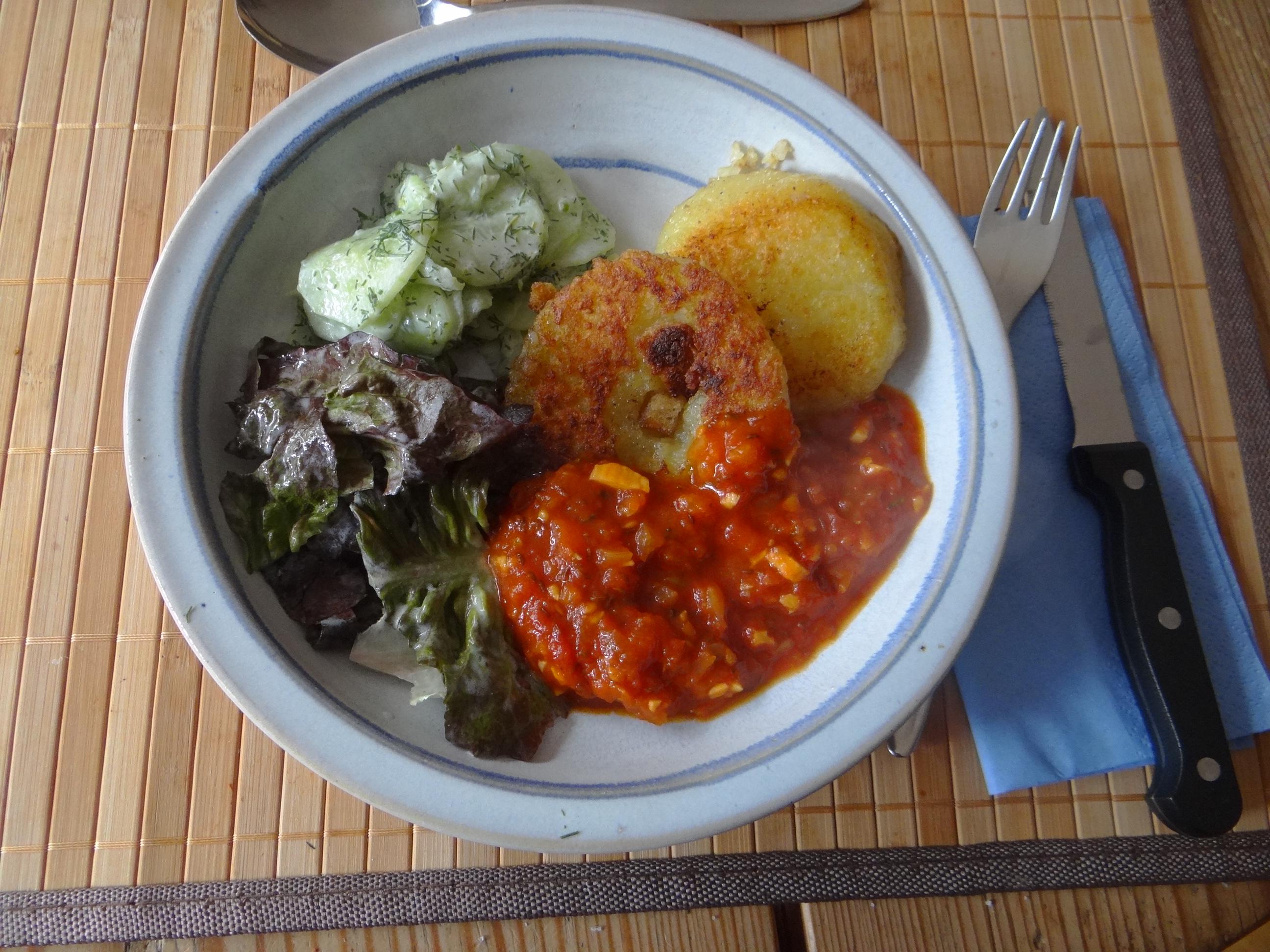 Gebratene Kloßscheiben mit Tomatensauce,Salate (2)