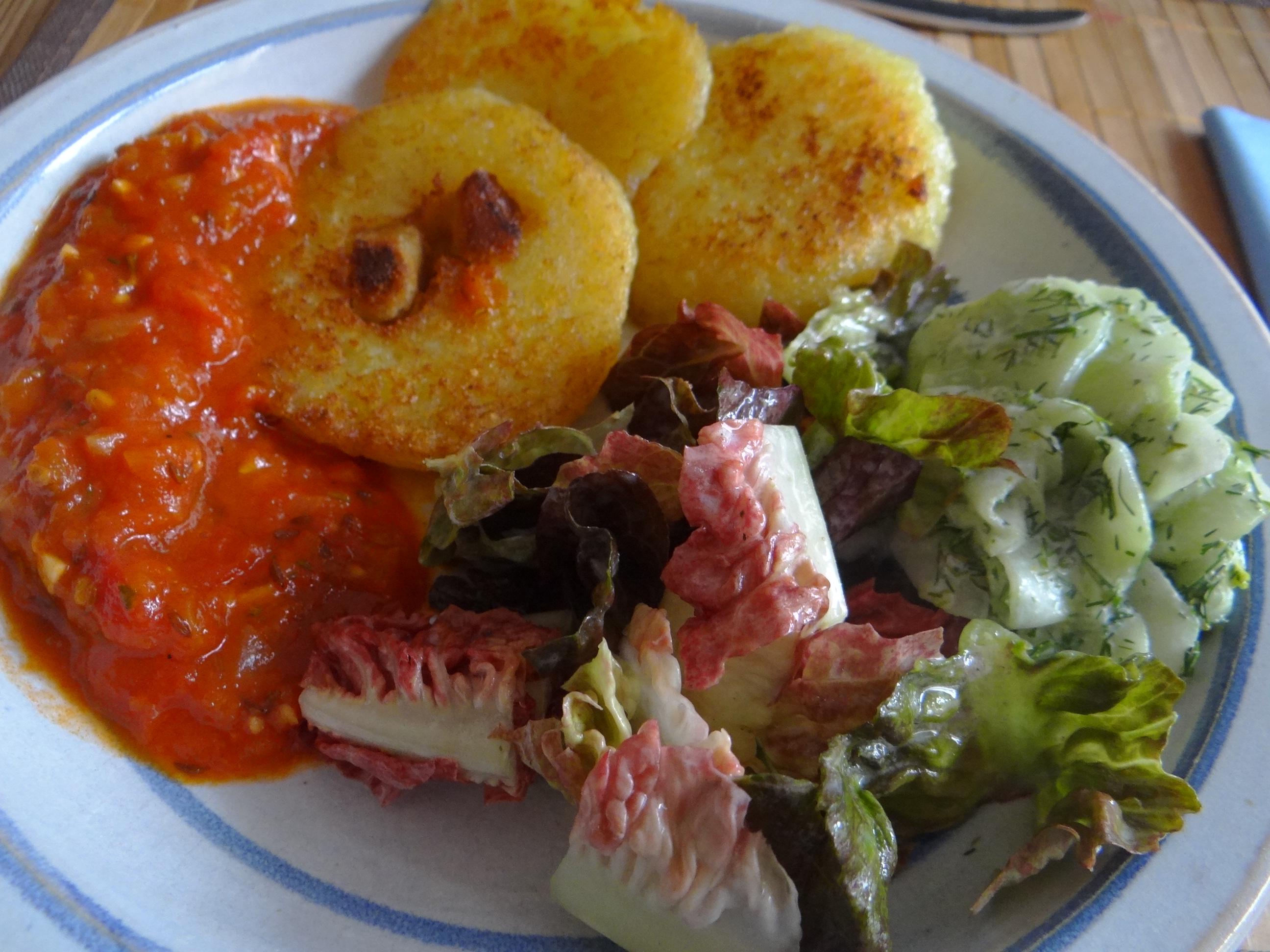 Gebratene Kloßscheiben mit Tomatensauce,Salate (23)